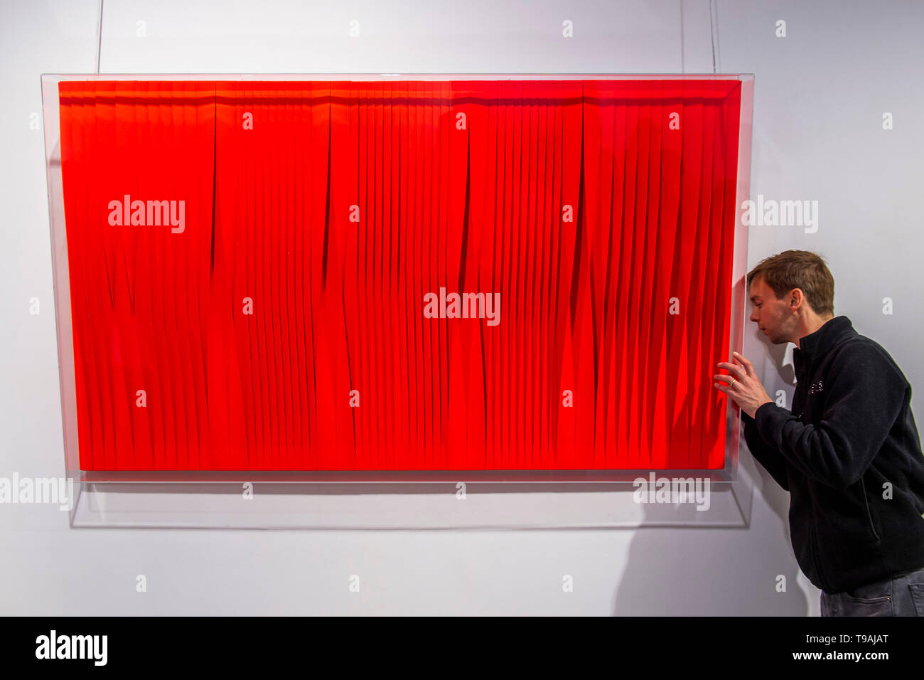 London, UK. 17th May 2019. Sincronicità rosso fluo vibrante, 2018 by Pino Manos - Spaziale! at Opera Gallery London. Organised in collaboration with the Italian Embassy in London, the exhibition includes 40 iconic canvases by Lucio Fontana, Agostino Bonalumi and Enrico Castellani among others. Credit: Guy Bell/Alamy Live News - Stock Image