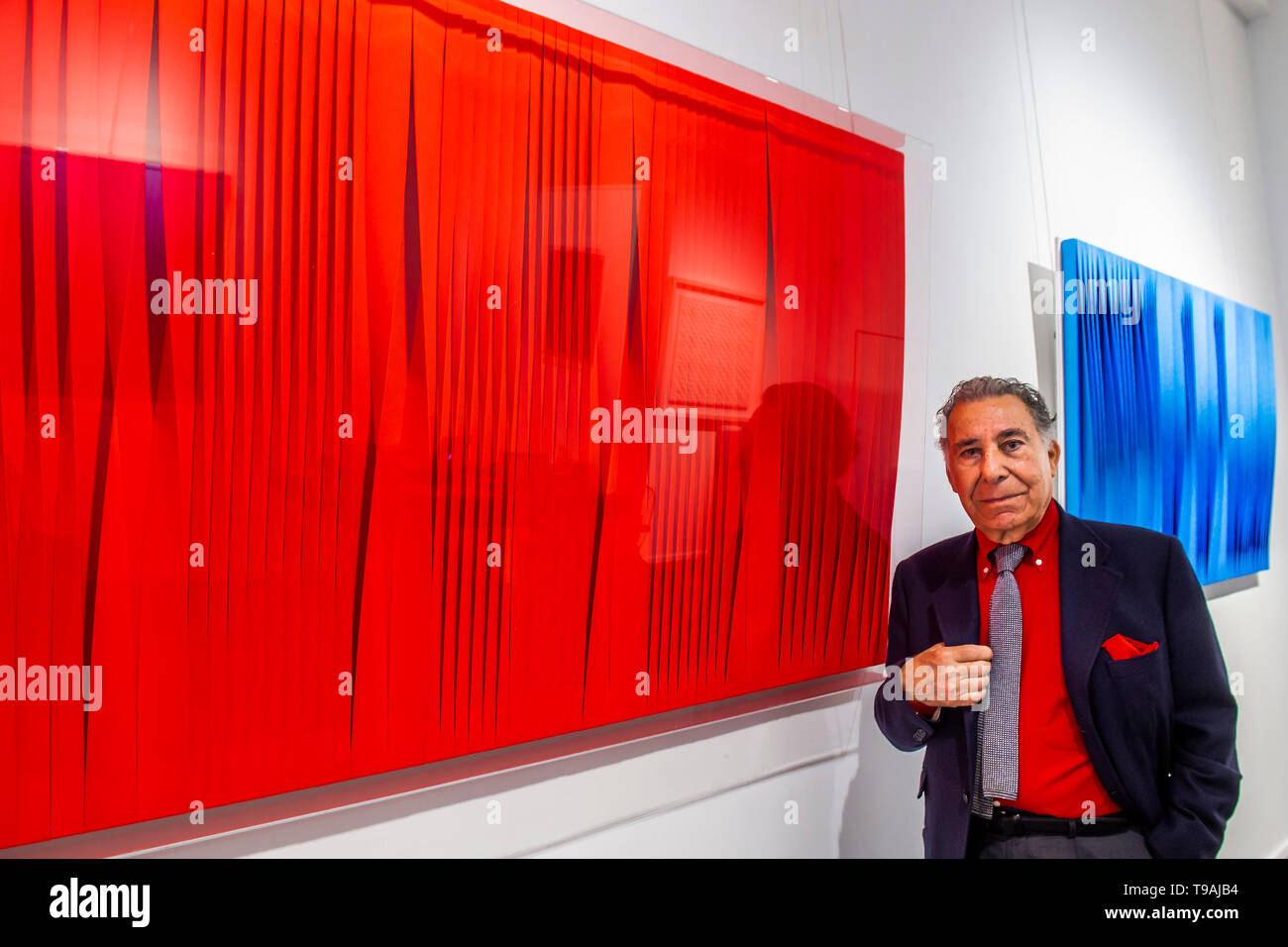 London, UK. 17th May 2019. Sincronicità rosso fluo vibrante, 2018 and London, UK. 17th May 2019. Sincronicita azzurro blu iridescente, 2018 by Pino Manos (pictured) - Spaziale! at Opera Gallery London. Organised in collaboration with the Italian Embassy in London, the exhibition includes 40 iconic canvases by Lucio Fontana, Agostino Bonalumi and Enrico Castellani among others. Credit: Guy Bell/Alamy Live News - Stock Image