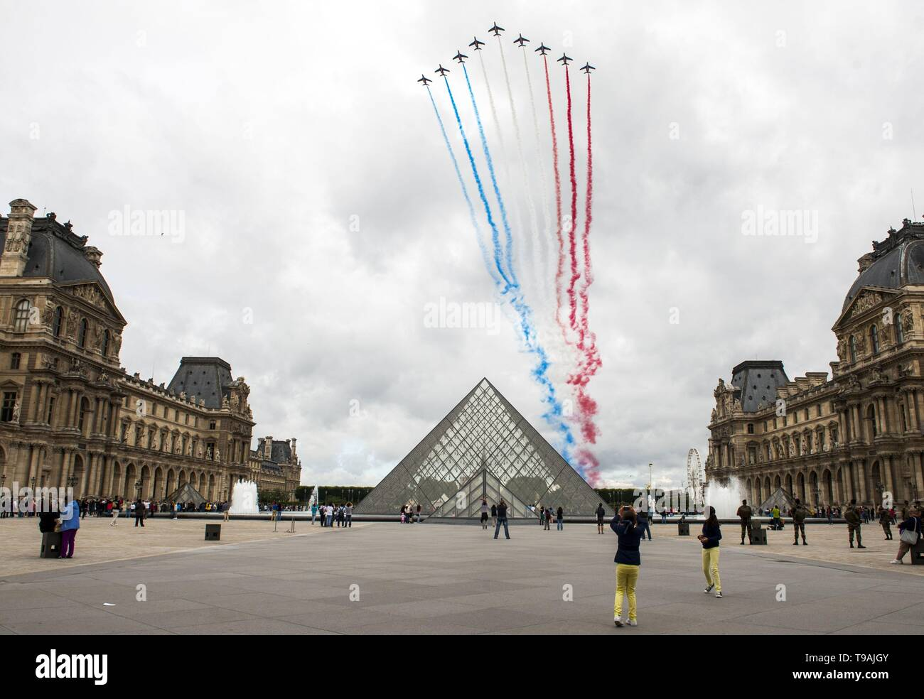 Beijing, China. 14th July, 2012. File photo taken on July 14, 2012 shows an airshow above the Louvre glass pyramid designed by world-renowned architect Ieoh Ming Pei in Paris, France. Ieoh Ming Pei, commonly known as I.M. Pei, died Thursday at age 102. Pei was born in Guangzhou of China and moved to the United States in 1935. He won a wide variety of prizes and awards in the field of architecture. Credit: Etienne Laurent/Xinhua/Alamy Live News - Stock Image