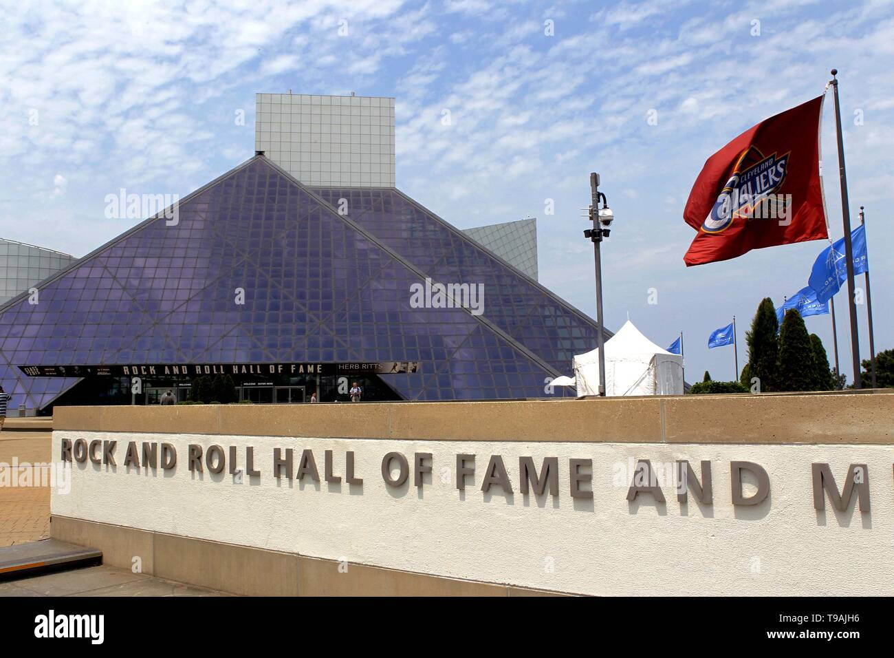 Beijing, China. 11th June, 2015. File photo taken on June 11, 2015 shows the view of the Rock and Roll Hall of Fame and Museum designed by world-renowned architect Ieoh Ming Pei in Cleveland, Ohio, the United States. Ieoh Ming Pei, commonly known as I.M. Pei, died Thursday at age 102. Pei was born in Guangzhou of China and moved to the United States in 1935. He won a wide variety of prizes and awards in the field of architecture. Credit: Song Qiong/Xinhua/Alamy Live News - Stock Image