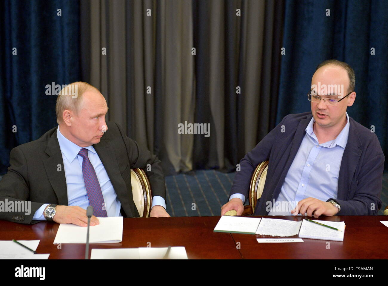 Moscow, Russia. 17th May, 2019. SOCHI, RUSSIA - MAY 17, 2019: Russia's President Vladimir Putin (L) and Aarhus University (Denmark) professor Yuri Shtyrov during a meeting with the winners of 'megagrants' for scientific research. Alexei Druzhinin/Russian Presidential Press and Information Office/TASS Credit: ITAR-TASS News Agency/Alamy Live News - Stock Image