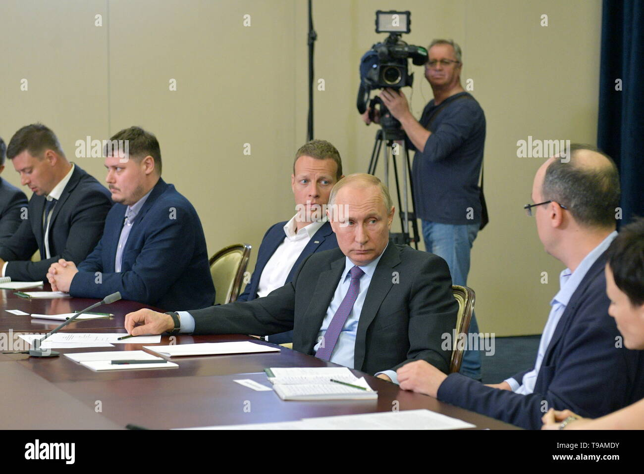 Moscow, Russia. 17th May, 2019. SOCHI, RUSSIA - MAY 17, 2019: Russia's President Vladimir Putin (2nd R) and Aarhus University (Denmark) professor Yuri Shtyrov (R) during a meeting with the winners of 'megagrants' for scientific research. Alexei Druzhinin/Russian Presidential Press and Information Office/TASS Credit: ITAR-TASS News Agency/Alamy Live News - Stock Image
