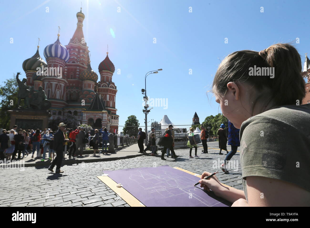 MOSCOW, RUSSIA - MAY 18, 2019: A young girl drawing St Basil's Cathedral during the 9th Draw St Basil's Cathedral art festival in Red Square. Gavriil Grigorov/TASS - Stock Image