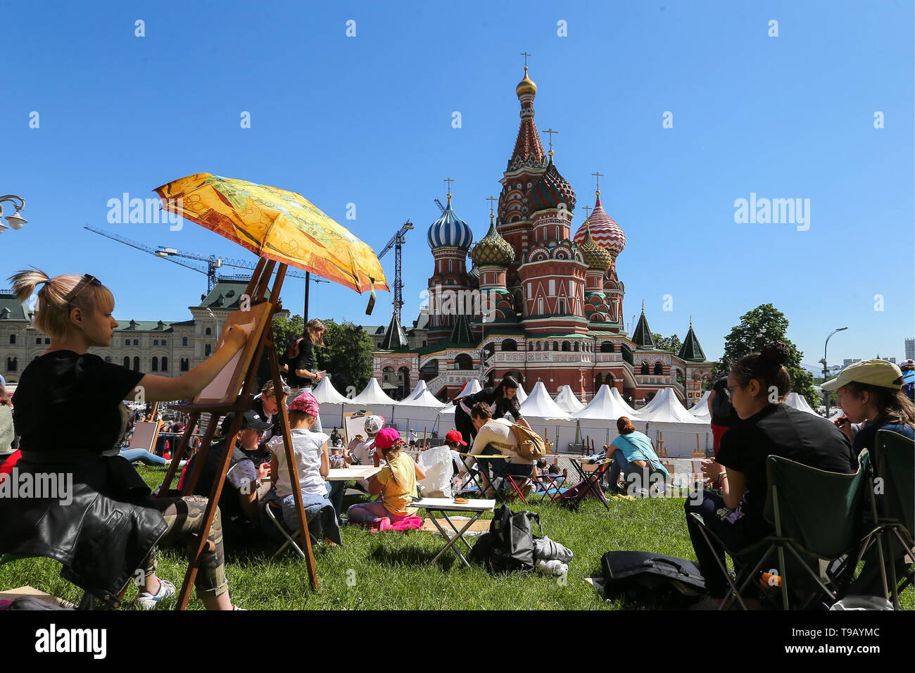 Moscow, Russia. 18th May, 2019. MOSCOW, RUSSIA - MAY 18, 2019: People drawing St Basil's Cathedral during the 9th Draw St Basil's Cathedral art festival in Red Square. Gavriil Grigorov/TASS Credit: ITAR-TASS News Agency/Alamy Live News - Stock Image