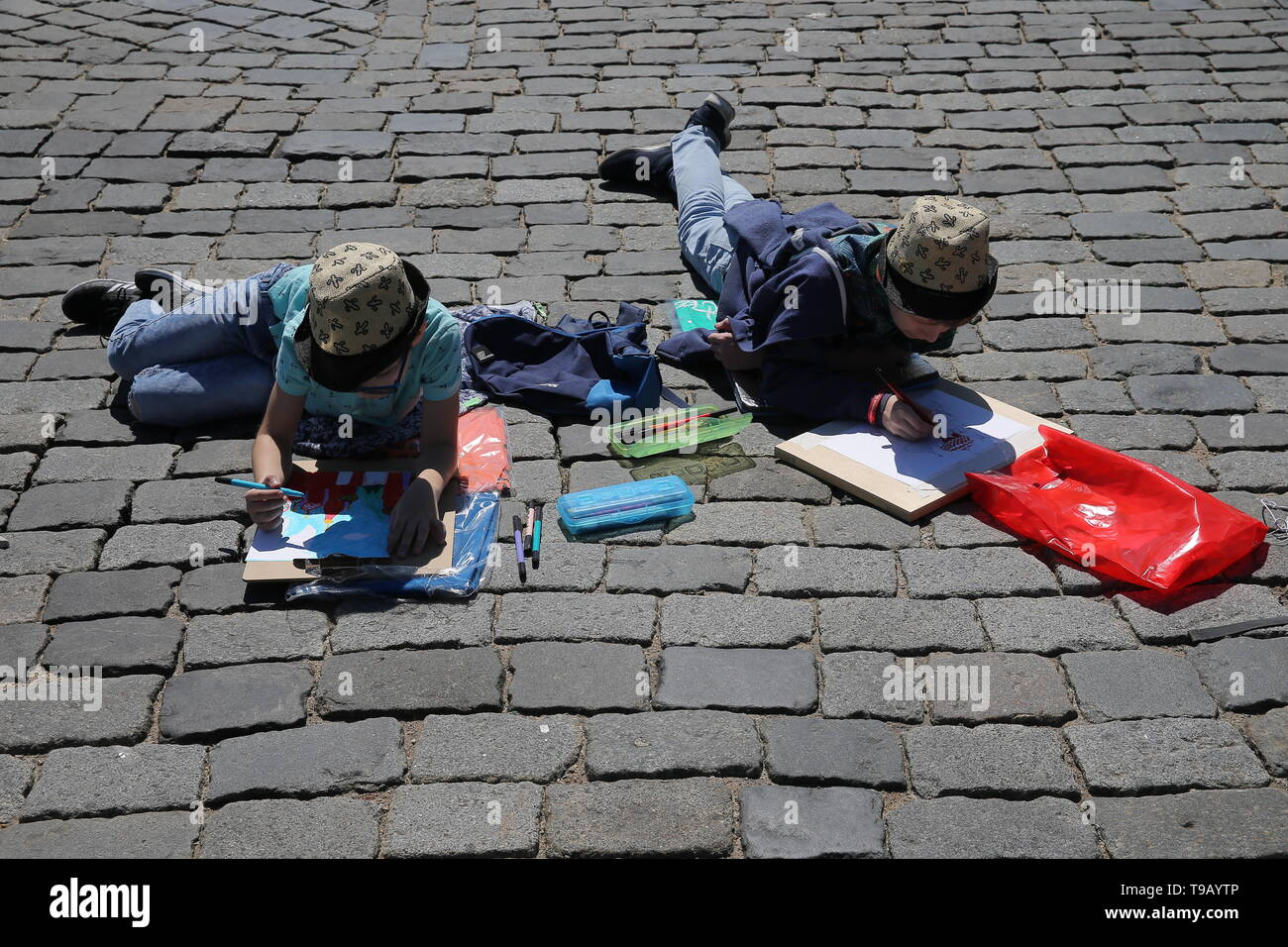 Moscow, Russia. 18th May, 2019. MOSCOW, RUSSIA - MAY 18, 2019: People during the 9th Draw St Basil's Cathedral art festival in Red Square. Gavriil Grigorov/TASS Credit: ITAR-TASS News Agency/Alamy Live News - Stock Image