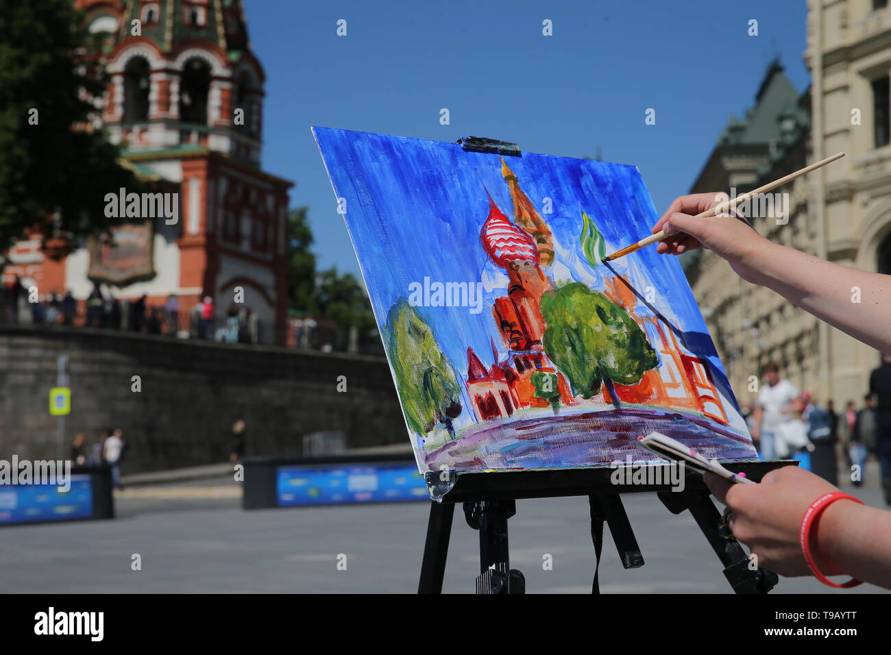 Moscow, Russia. 18th May, 2019. MOSCOW, RUSSIA - MAY 18, 2019: A woman during the 9th Draw St Basil's Cathedral art festival in Red Square. Gavriil Grigorov/TASS Credit: ITAR-TASS News Agency/Alamy Live News - Stock Image