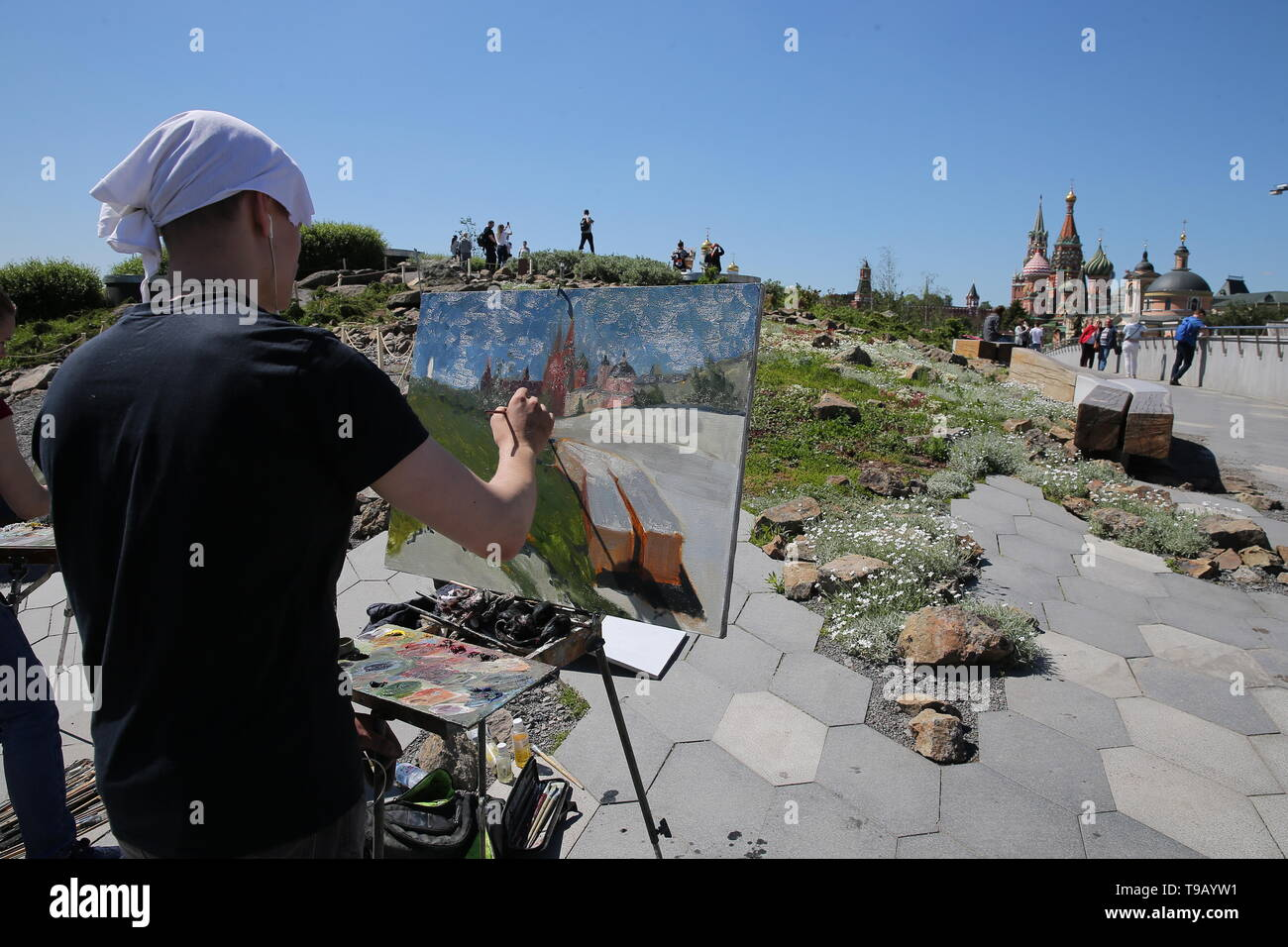 Moscow, Russia. 18th May, 2019. MOSCOW, RUSSIA - MAY 18, 2019: A man during the 9th Draw St Basil's Cathedral art festival. Gavriil Grigorov/TASS Credit: ITAR-TASS News Agency/Alamy Live News - Stock Image