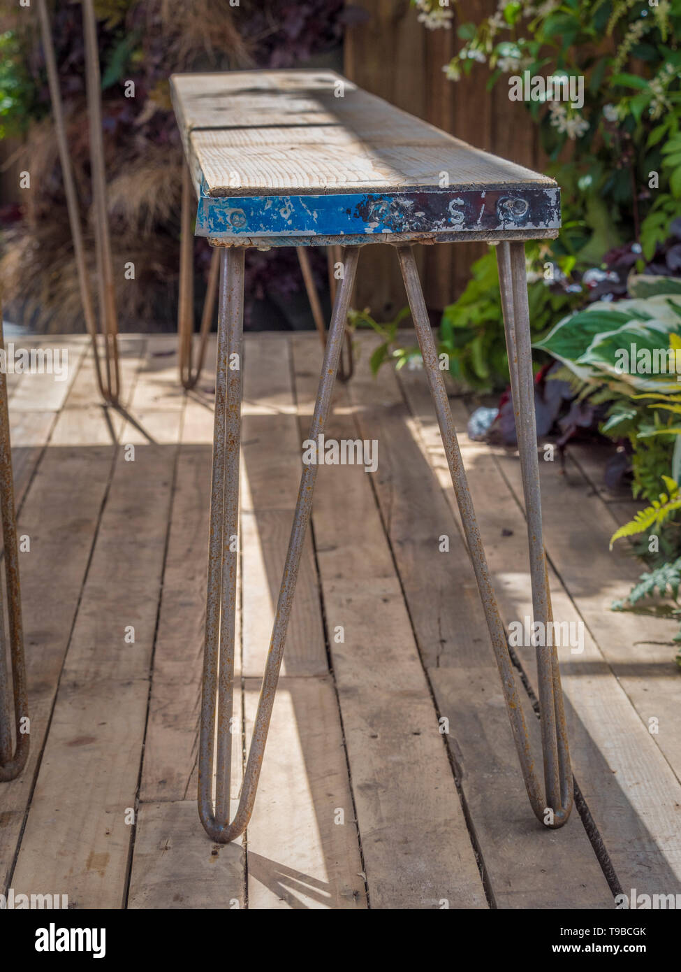 Scaffold plank bench with metal hairpin legs - Stock Image