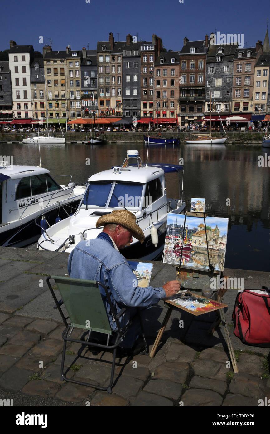Artiste peignant le quai Sainte-Catherine depuis le quai Saint-Étienne. Honfleur. - Stock Image