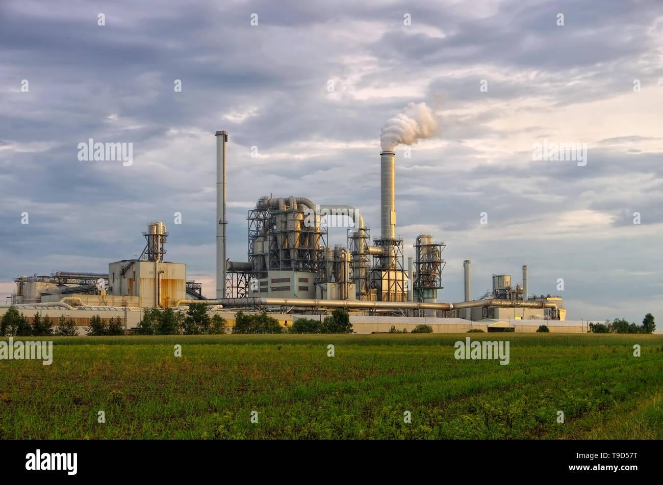Industrieanlage und große Schornsteine - large industrial plant and smokestacks, major pollution - Stock Image