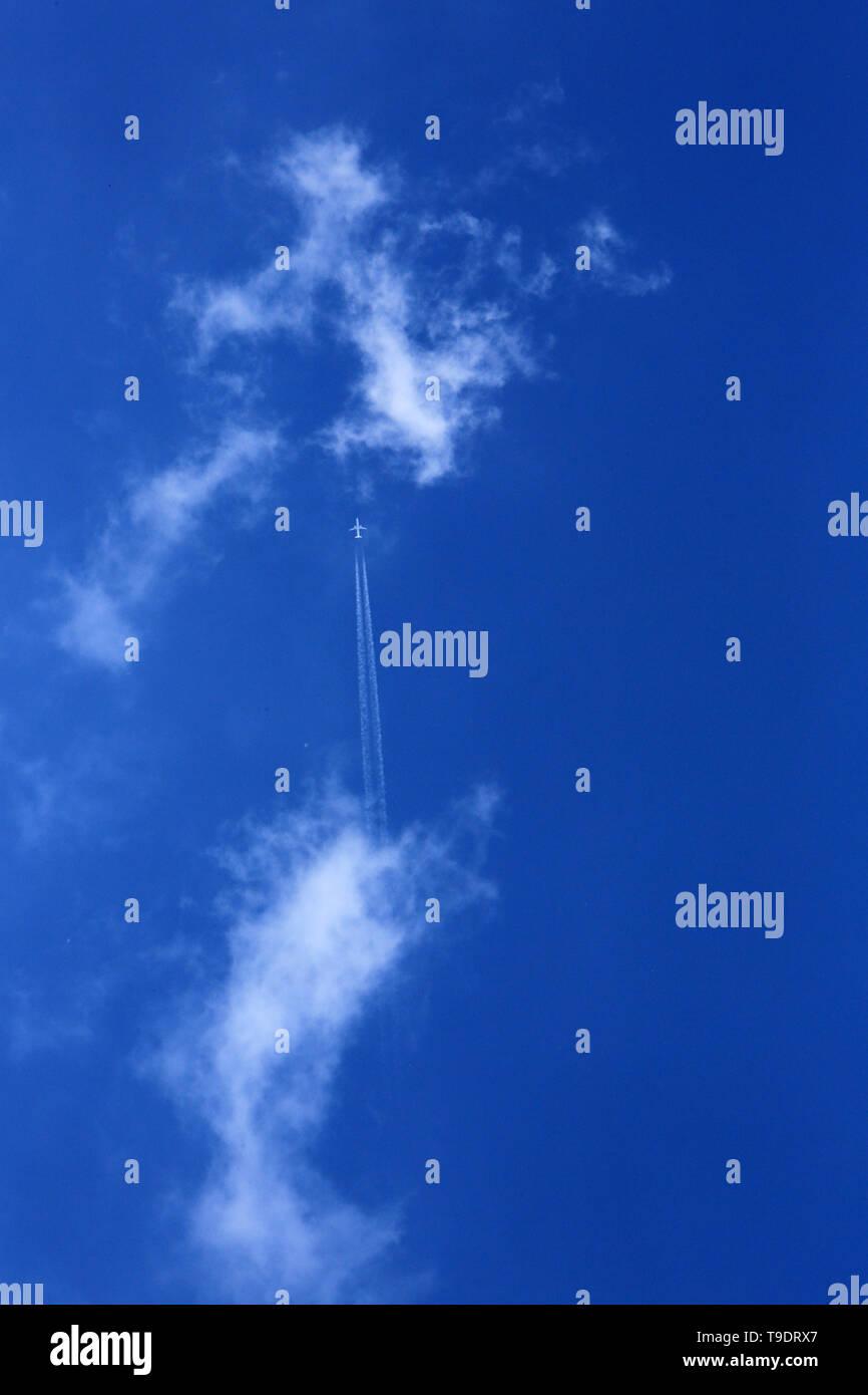 Avion dans le ciel. Plane in the sky. - Stock Image