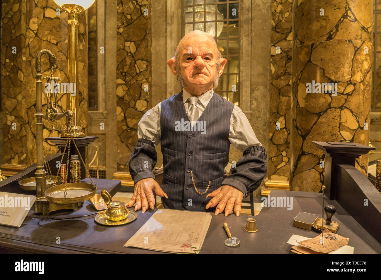 Page 2 Harry Potter Costumes High Resolution Stock Photography And Images Alamy Elenco de harry potter e a pedra filosofal, um filme de chris columbus com daniel radcliffe, rupert grint, emma watson, robbie griphook the goblin verne troyer. https www alamy com goblin cashier in gringotts bank props and costumes used in the production of films warner bros studio tour the making of harry potter london image246795564 html