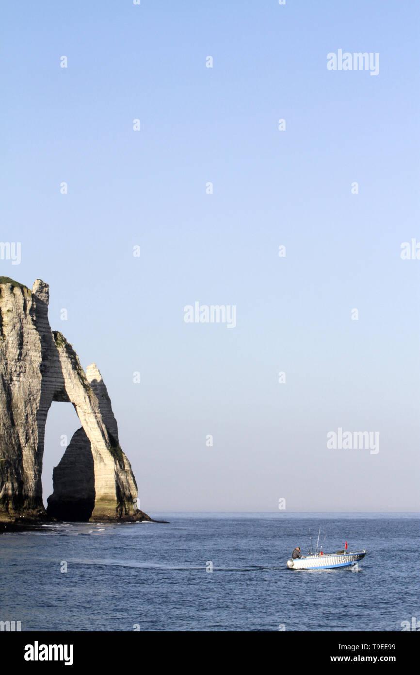 La falaise d'Aval et l'Aiguille. Vue de la plage d'Etretat. Stock Photo