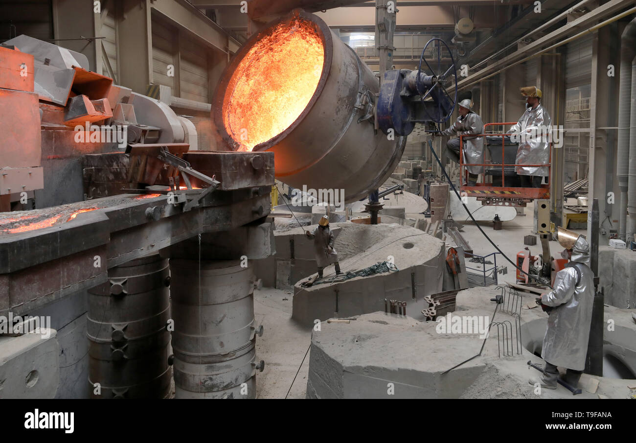 Waren, Germany. 08th May, 2019. In the foundry of Mecklenburger Metallguss GmbH MMG, 165 tons of aluminium bronze with a temperature of approx. 1,170 degrees are cast into a huge mould for a ship propeller. The propeller for a large Korean container freighter will later have a diameter of 10.40 meters and weigh 117 tons. Less than a year after its transition to independence, MMG sees itself on the upswing again. Credit: Bernd Wüstneck/dpa/Alamy Live News - Stock Image
