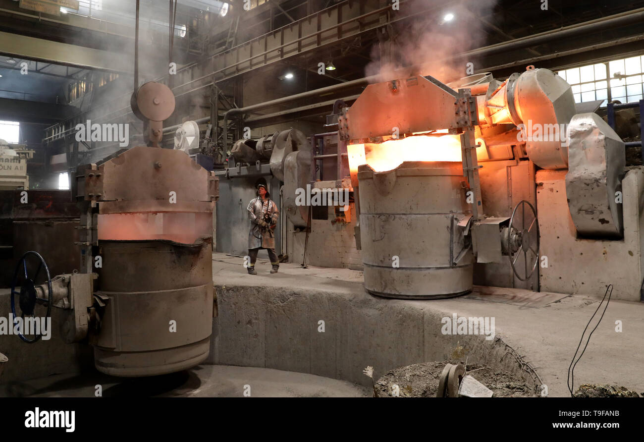 Waren, Germany. 08th May, 2019. The foundry of Mecklenburger Metallguss GmbH MMG is preparing the casting of a large ship propeller. Four furnaces supply a total of 165 tons of aluminium bronze with a temperature of approx. 1,170 degrees. The propeller for a large Korean container freighter will later have a diameter of 10.40 meters and weigh 117 tons. Less than a year after its transition to independence, MMG sees itself on the upswing again. Credit: Bernd Wüstneck/dpa/Alamy Live News - Stock Image
