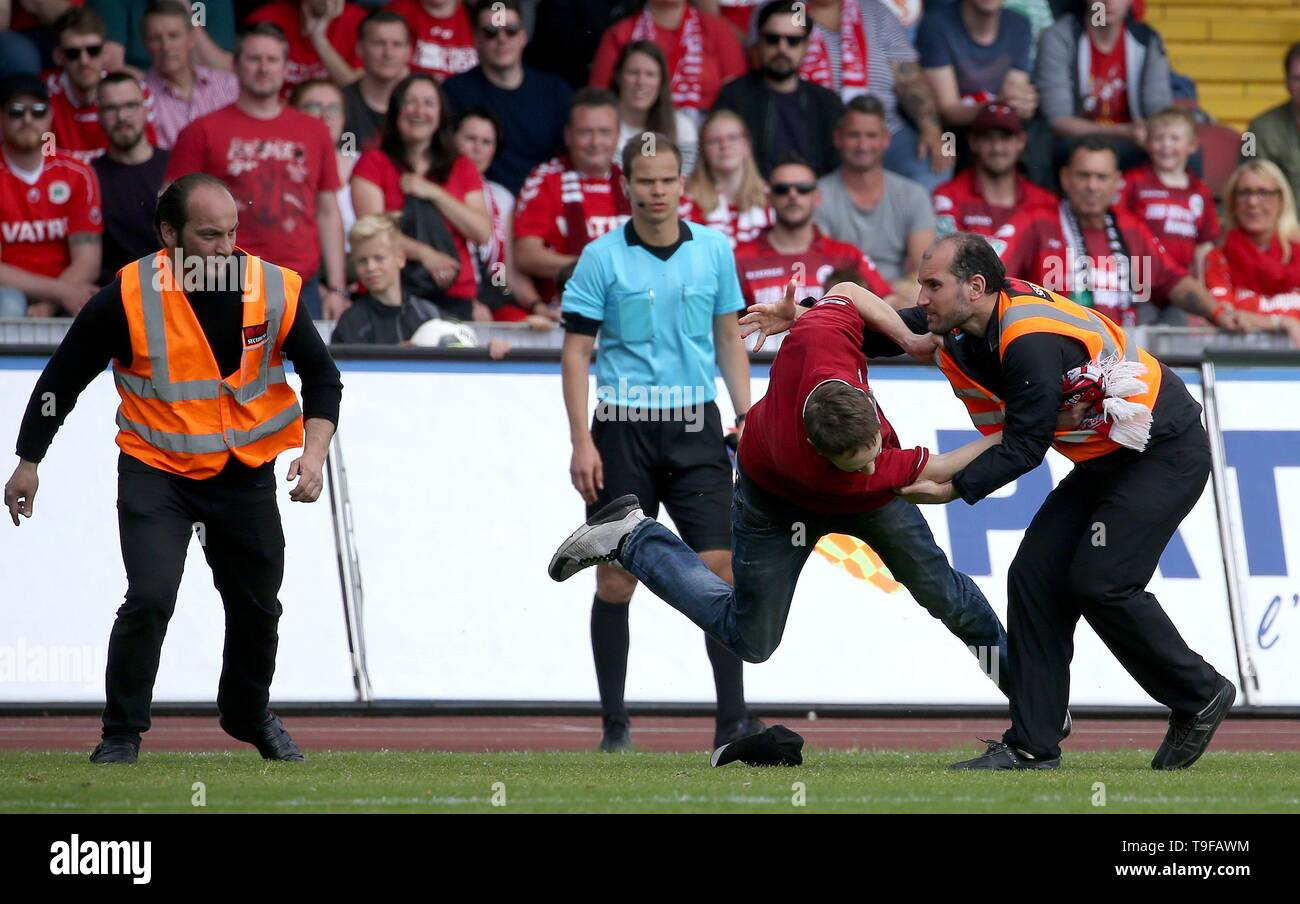Oberhausen, Deutschland. 18th May, 2019. firo: 18.05.2019 Football, Regionalliga West, season 2018/2019 Rot-Weiss Oberhausen - SC Verl The runabout is placed by the security service and dismissed. | usage worldwide Credit: dpa/Alamy Live News - Stock Image