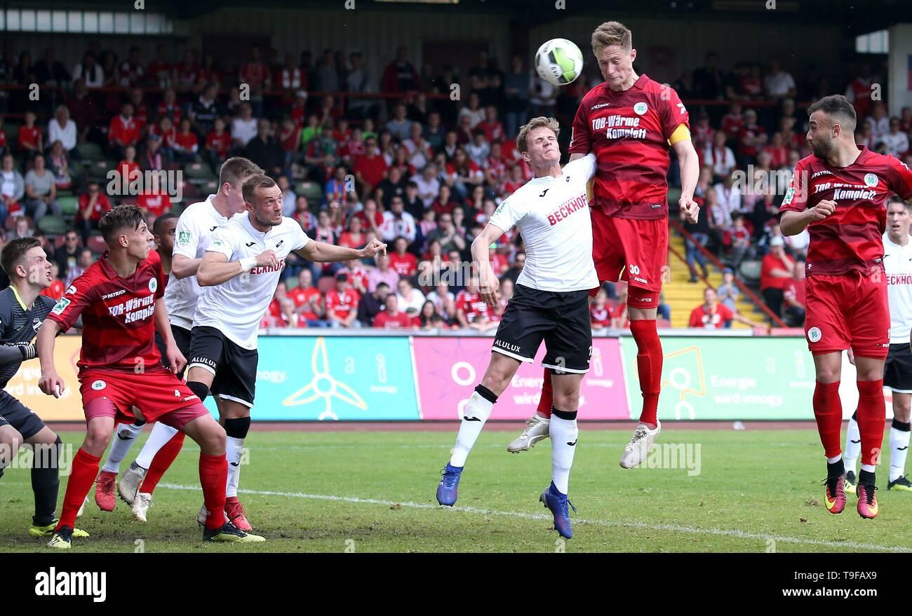 firo: 18.05.2019 Football, Regionalliga West, season 2018/2019 Rot-Weiss Oberhausen - SC Verl Jannik Löhden (# 30, Red-Weiss Oberhausen) heads for the 3: 3 equalizer in the 92nd minute. 3 minutes left after 5 minutes. | usage worldwide - Stock Image