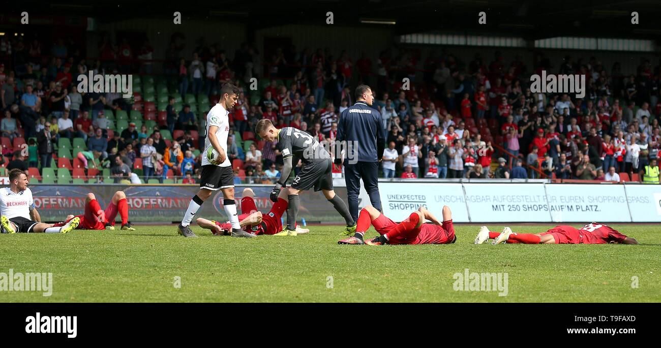 Oberhausen, Deutschland. 18th May, 2019. firo: 18.05.2019 Soccer, Regionalliga West, Season 2018/2019 Rot-Weiss Oberhausen - SC Verl The Oberhausener are disappointed after the match at the pitch | usage worldwide Credit: dpa/Alamy Live News - Stock Image