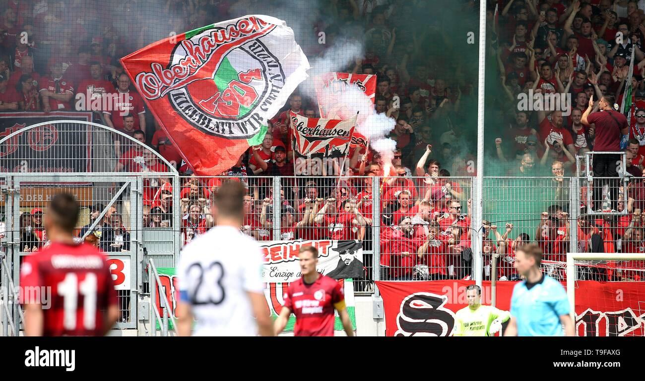 Oberhausen, Deutschland. 18th May, 2019. firo: 18.05.2019 Football, Regionalliga West, season 2018/2019 Rot-Weiss Oberhausen - SC Verl The Oberhausen fans are zealoating. Pyro. | usage worldwide Credit: dpa/Alamy Live News - Stock Image