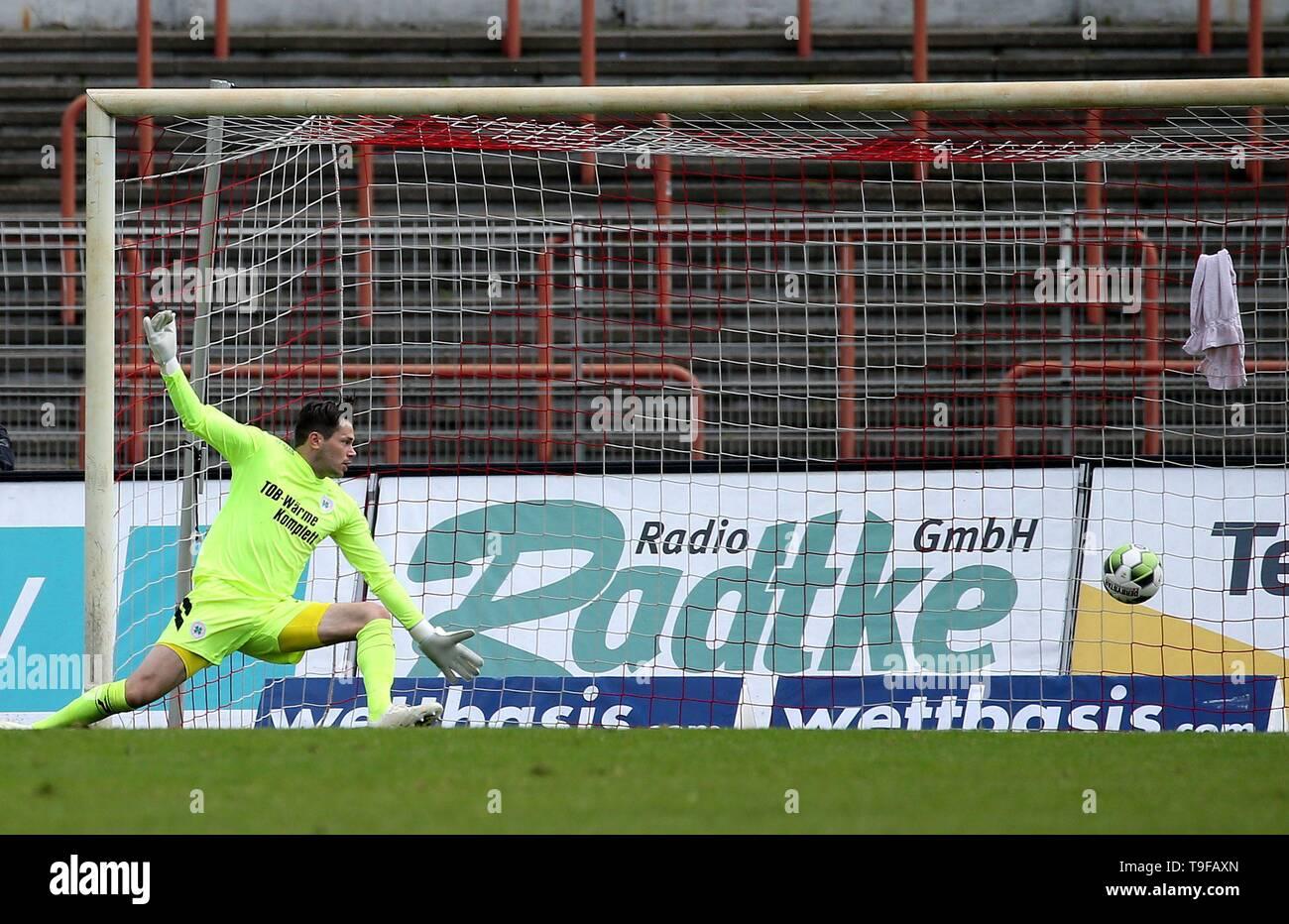 Oberhausen, Deutschland. 18th May, 2019. firo: 18.05.2019 Football, Regionalliga West, season 2018/2019 Rot-Weiss Oberhausen - SC Verl goalkeeper Daniel Davari (# 31, Red-Weiss Oberhausen) can not parry the ball to 1: 3. | usage worldwide Credit: dpa/Alamy Live News - Stock Image