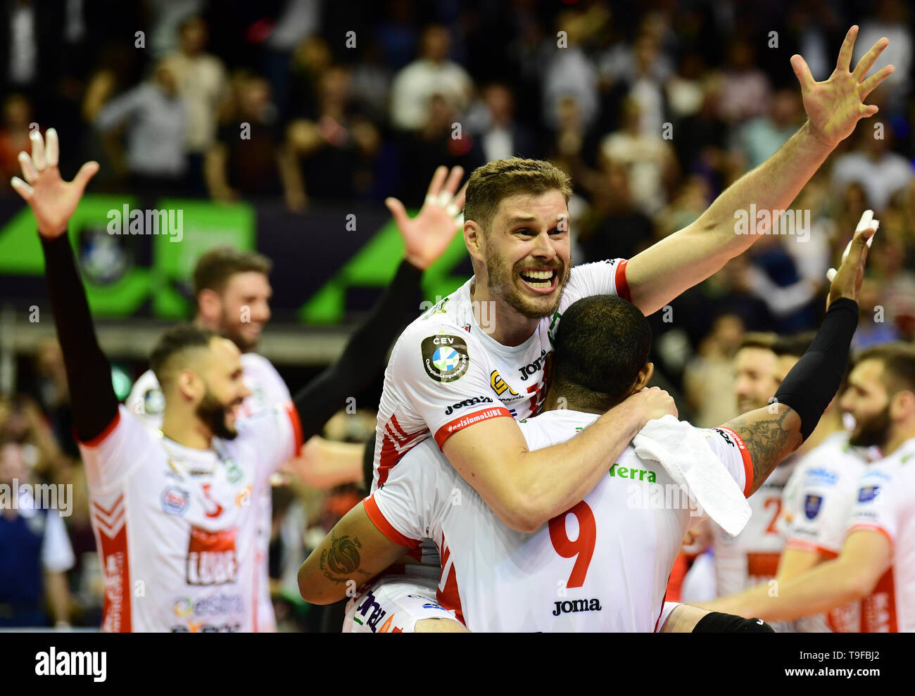 Berlin, Germany. 18th May, 2019. Volleyball, Men: Champions League, Zenit Kazan - Cucine Lube Civitanova, knockout round, final. Bruno Mossa de Rezende of Civitanova and his teammates cheer after a 3-1 win. Credit: Soeren Stache/dpa/Alamy Live News Stock Photo