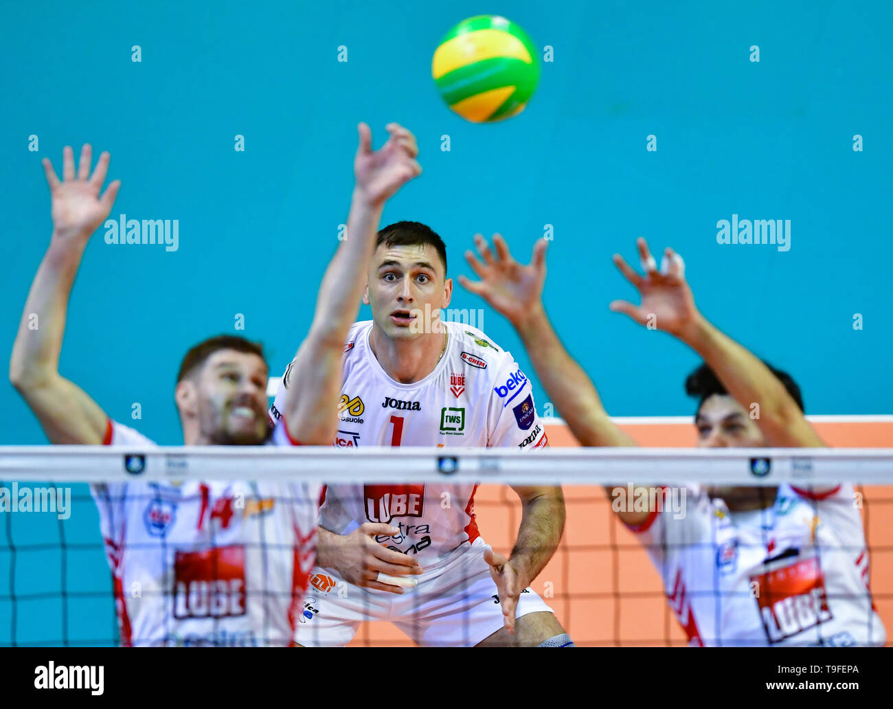 Berlin, Germany. 18th May, 2019. Volleyball, Men: Champions League, Zenit Kazan - Cucine Lube Civitanova, knockout round, final. Tsvetan Sokolov (M) from Lube observes the block through Bruno Mossa de Rezende (l) and Dragan Stankovic (r). Credit: Soeren Stache/dpa/Alamy Live News Stock Photo