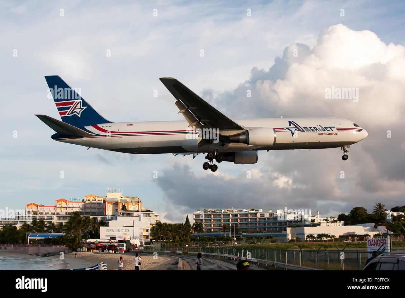 Simpson Bay, Saint Martin. 9th Dec, 2016. An Amerijet International Boeing 767-300ER freighter seen landing at airport Princess Juliana just over Maho beach. Credit: Fabrizio Gandolfo/SOPA Images/ZUMA Wire/Alamy Live News - Stock Image