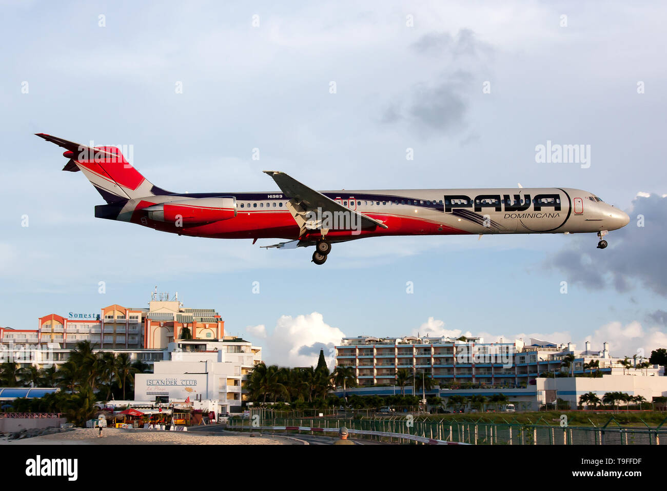 Simpson Bay, Saint Martin. 9th Dec, 2016. A PAWA Dominicana McDonnell Douglas MD-83 seen landing at airport Princess Juliana just over Maho beach. Credit: Fabrizio Gandolfo/SOPA Images/ZUMA Wire/Alamy Live News - Stock Image