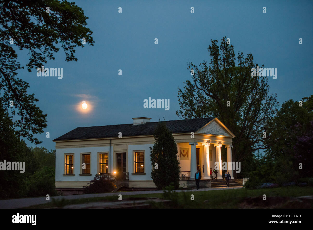 Weimar, Germany. 18th May, 2019. The full moon shines on the Long Night of the Museums above the Roman House. Credit: Candy Welz/dpa-Zentralbild/dpa/Alamy Live News - Stock Image