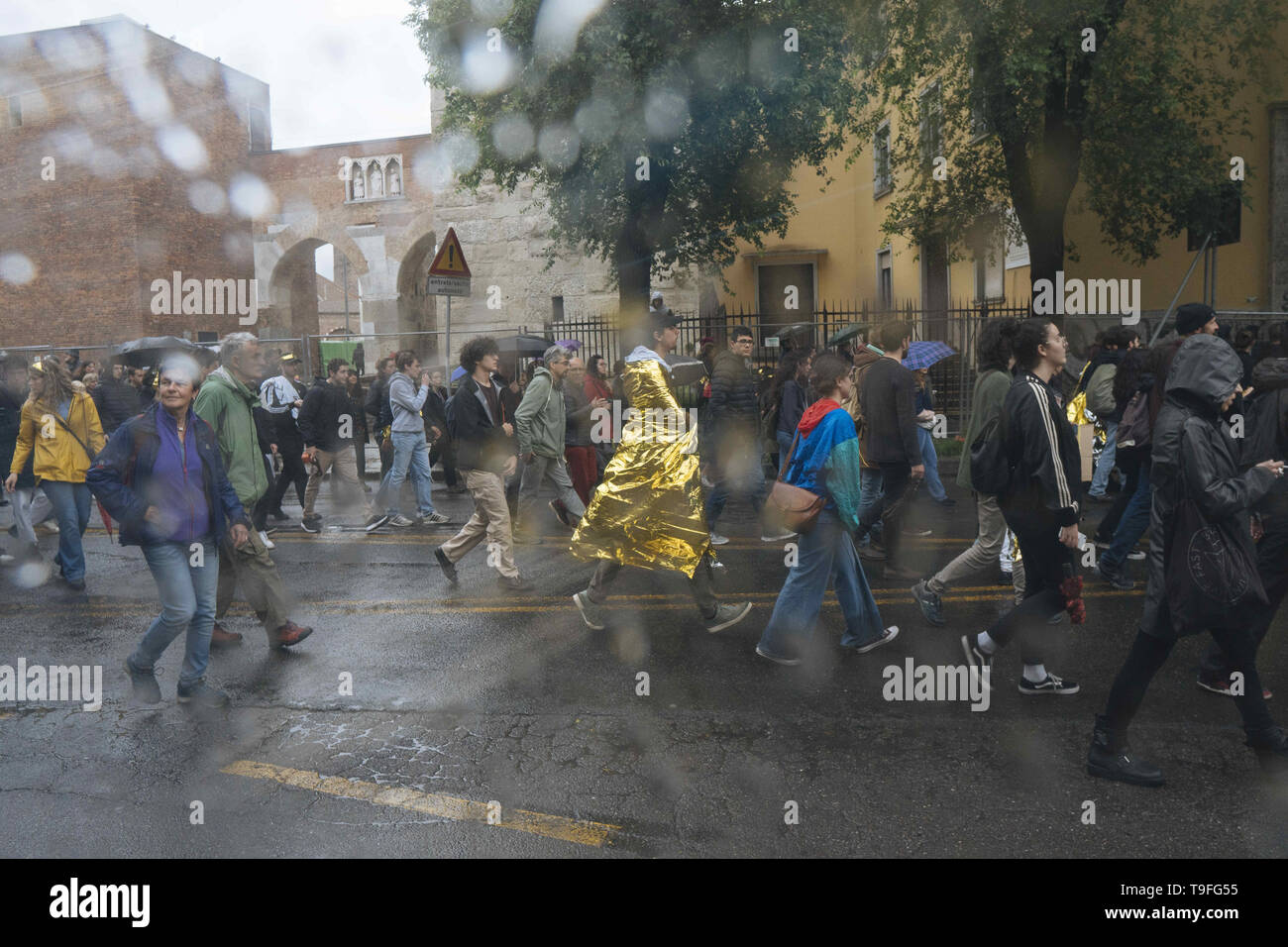 Milano, Lombardia, Italy. 18th May, 2019. Demonstrators seen walking in the rain during the protest.The feminist movement Non Una di Meno, together with other Italian associations, protested against the European election's closing meeting with Matteo Salvini, leader of the Populist Party the League and Italian Ministry of Interior and Vice Premier and Marine Le Pen and the uprising of fascism, far right, xenophobia and extremism in Europe. Credit: Valeria Ferraro/SOPA Images/ZUMA Wire/Alamy Live News - Stock Image