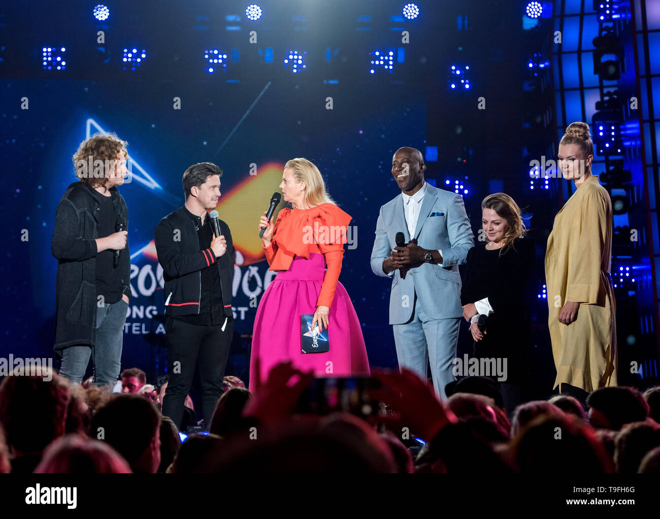 Hamburg, Germany. 19th May, 2019. Barbara Schöneberger (3.vl), presenter, is on stage at the public viewing of the Eurovision Song Contest (ESC) 2019 on the Spielbudenplatz and talks to the German jury consisting of Michael Schulte (l-r), Nico Santos, Joe Chialo, Annett Louisan and Nicola Rost. Credit: Daniel Bockwoldt/dpa/Alamy Live News - Stock Image