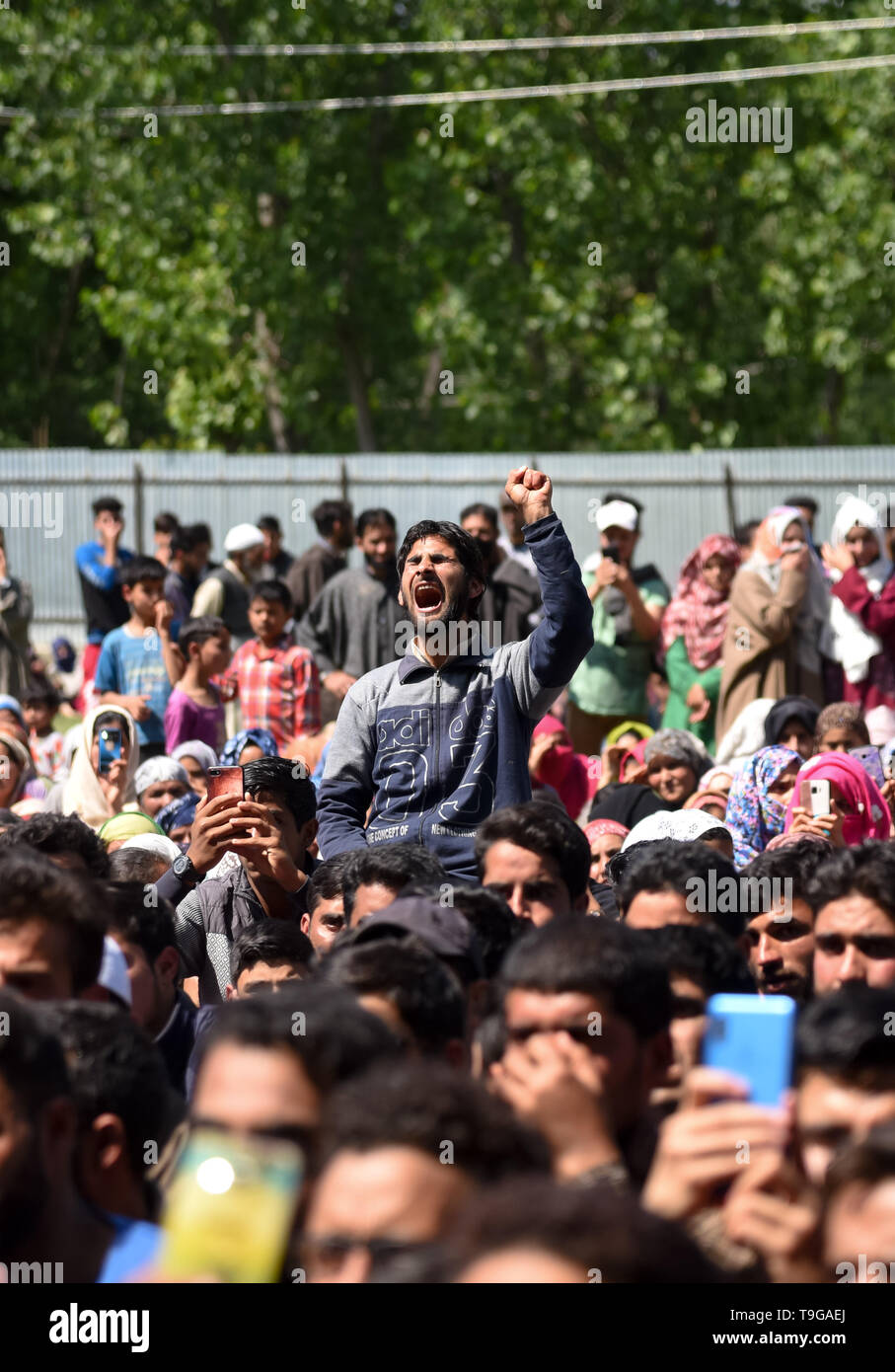 A Kashmiri villager seen shouting pro freedom slogans during the funeral ceremony of slain Kashmiri Rebel Showkat Ahmed at his residence in Pulwama, South of Srinagar. Thousands attended the funeral ceremony of slain Showkat Ahmed Dar at his residence in Panzgam Pulwama. Showkat was among the three Kashmiri Rebels killed in a gunfight in Pulwama. - Stock Image