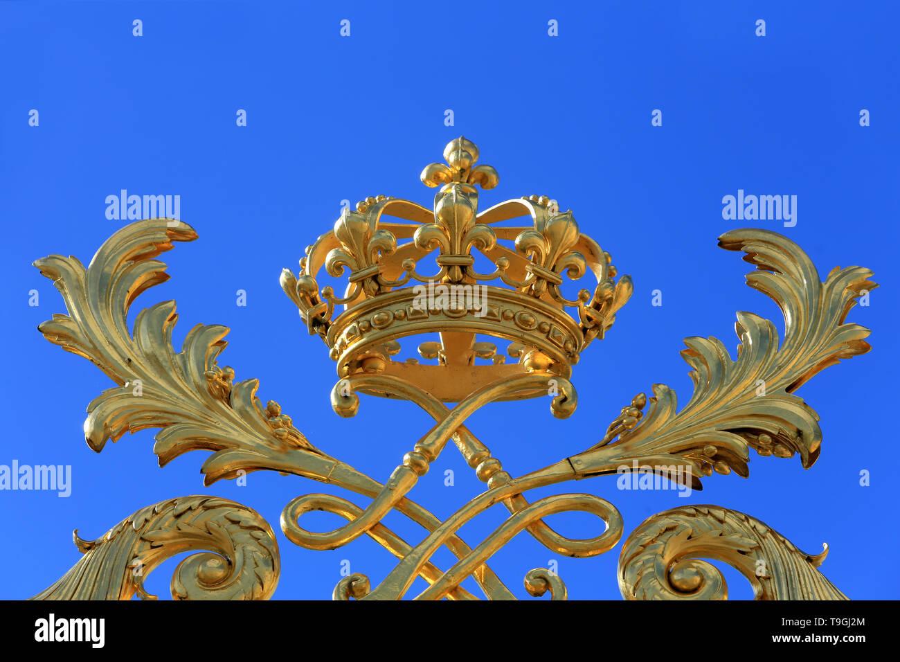 Courronne sur la grille d'entrée du Château de Versailles. / Crown on entrance grid of Palace of Versailles. - Stock Image