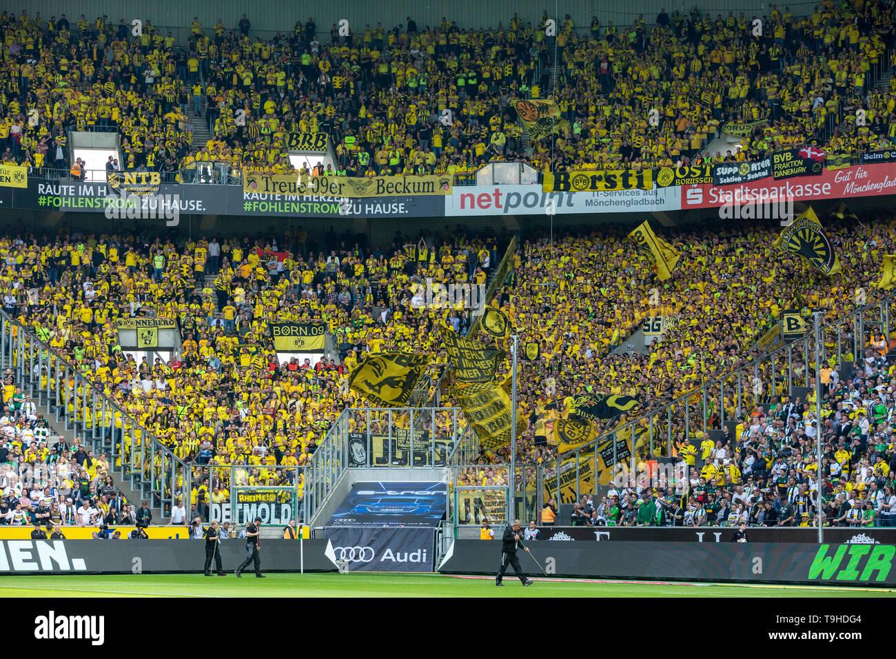 Sport, Fussball, Bundesliga, 2018/2019, Borussia Moenchengladbach vs. BVB Borussia Dortmund 0-2, Stadion Borussia-Park, Zuschauerkulisse, Gaesteblock, Dortmunder Fussballfans, DFL REGULATIONS PROHIBIT ANY USE OF PHOTOGRAPHS AS IMAGE SEQUENCES AND/OR QUASI-VIDEO, sports, football, Bundesliga, 2018/2019, Borussia Moenchengladbach vs. BVB Borussia Dortmund 0-2, Stadium Borussia Park, Dortmund football fans in the supporters section, DFL REGULATIONS PROHIBIT ANY USE OF PHOTOGRAPHS AS IMAGE SEQUENCES AND/OR QUASI-VIDEO *** Local Caption *** sports, football, Bundesliga, 2018/2019, Borussia Moenchen - Stock Image