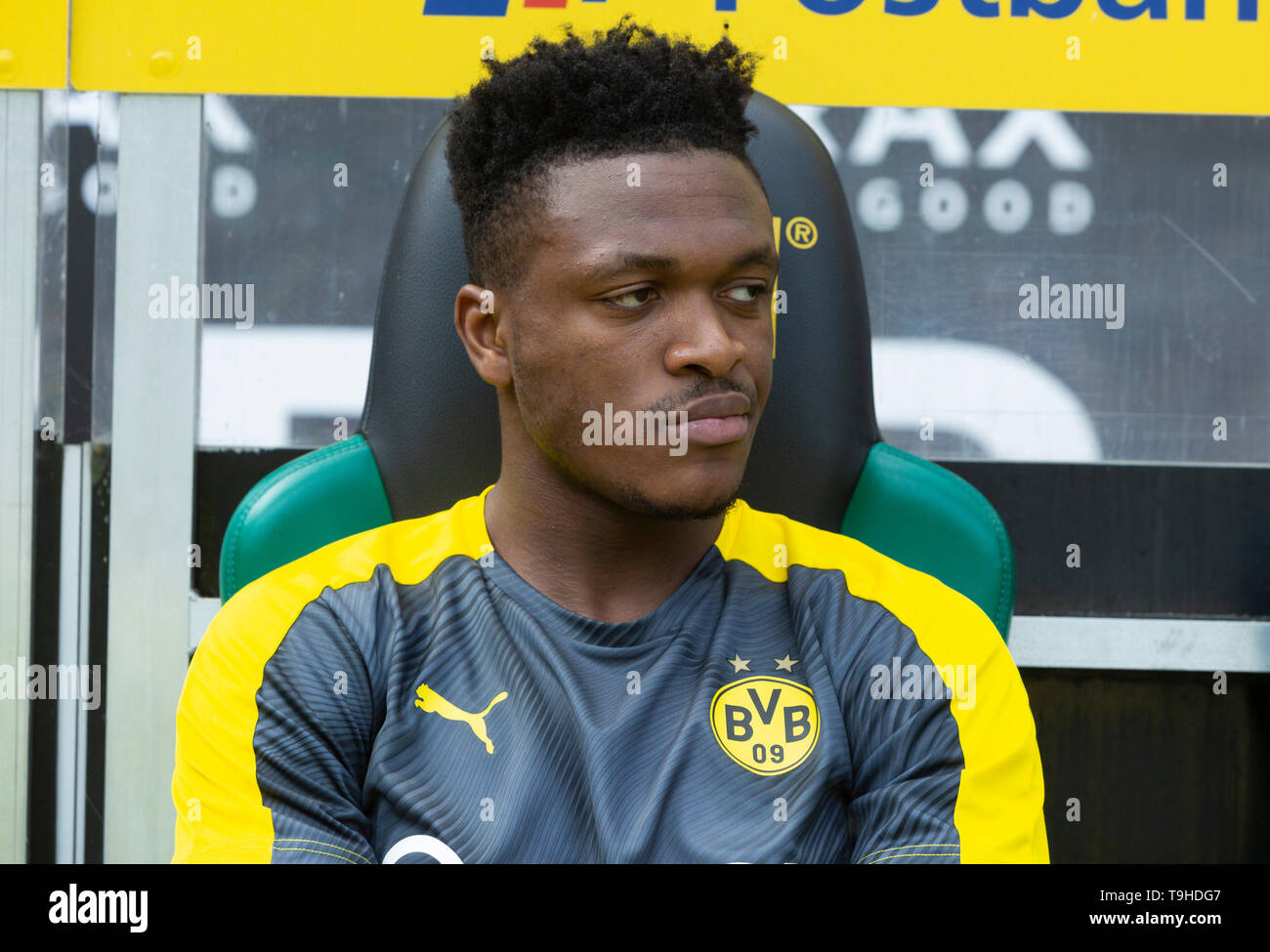 sports, football, Bundesliga, 2018/2019, Borussia Moenchengladbach vs. BVB Borussia Dortmund 0-2, Stadium Borussia Park, players bench, Dan Axel Zagadou (BVB), DFL REGULATIONS PROHIBIT ANY USE OF PHOTOGRAPHS AS IMAGE SEQUENCES AND/OR QUASI-VIDEO - Stock Image