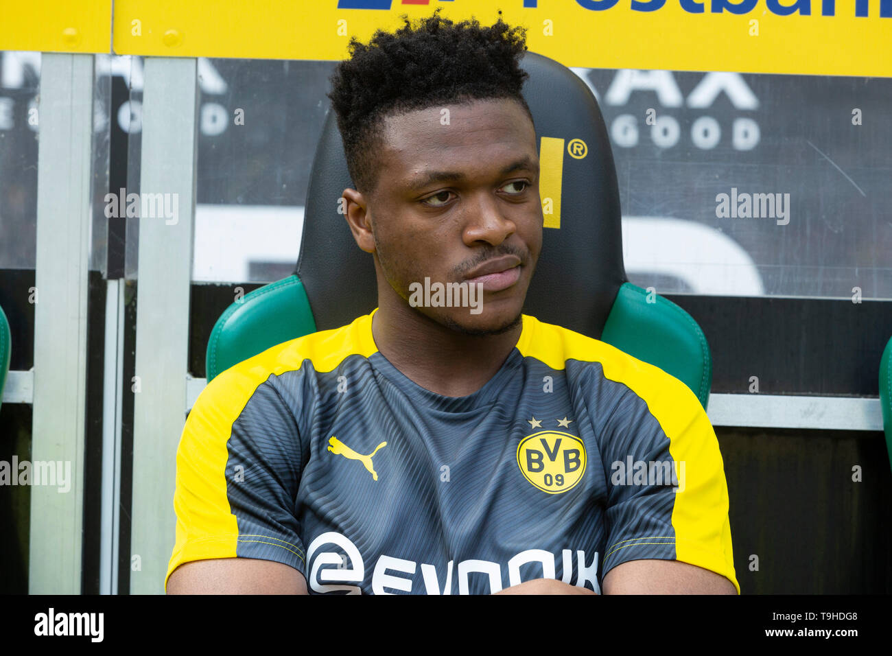 sports, football, Bundesliga, 2018/2019, Borussia Moenchengladbach vs. BVB Borussia Dortmund 0-2, Stadium Borussia Park, players bench, Dan Axel Zagadou (BVB), DFL REGULATIONS PROHIBIT ANY USE OF PHOTOGRAPHS AS IMAGE SEQUENCES AND/OR QUASI-VIDEO - Stock Image