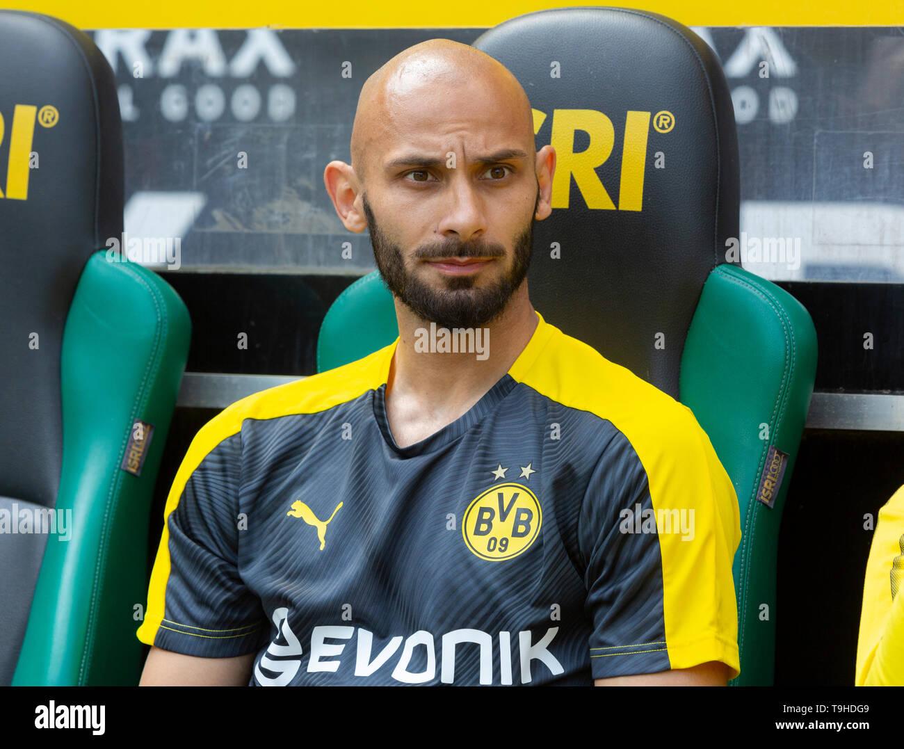 sports, football, Bundesliga, 2018/2019, Borussia Moenchengladbach vs. BVB Borussia Dortmund 0-2, Stadium Borussia Park, players bench, Oemer Toprak (BVB), DFL REGULATIONS PROHIBIT ANY USE OF PHOTOGRAPHS AS IMAGE SEQUENCES AND/OR QUASI-VIDEO - Stock Image