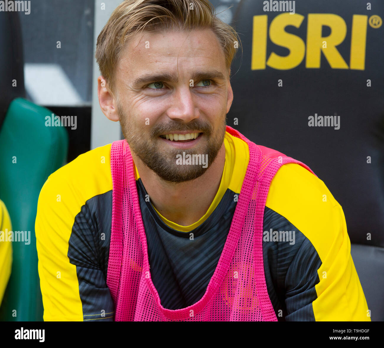 sports, football, Bundesliga, 2018/2019, Borussia Moenchengladbach vs. BVB Borussia Dortmund 0-2, Stadium Borussia Park, players bench, Marcel Schmelzer (BVB), DFL REGULATIONS PROHIBIT ANY USE OF PHOTOGRAPHS AS IMAGE SEQUENCES AND/OR QUASI-VIDEO - Stock Image