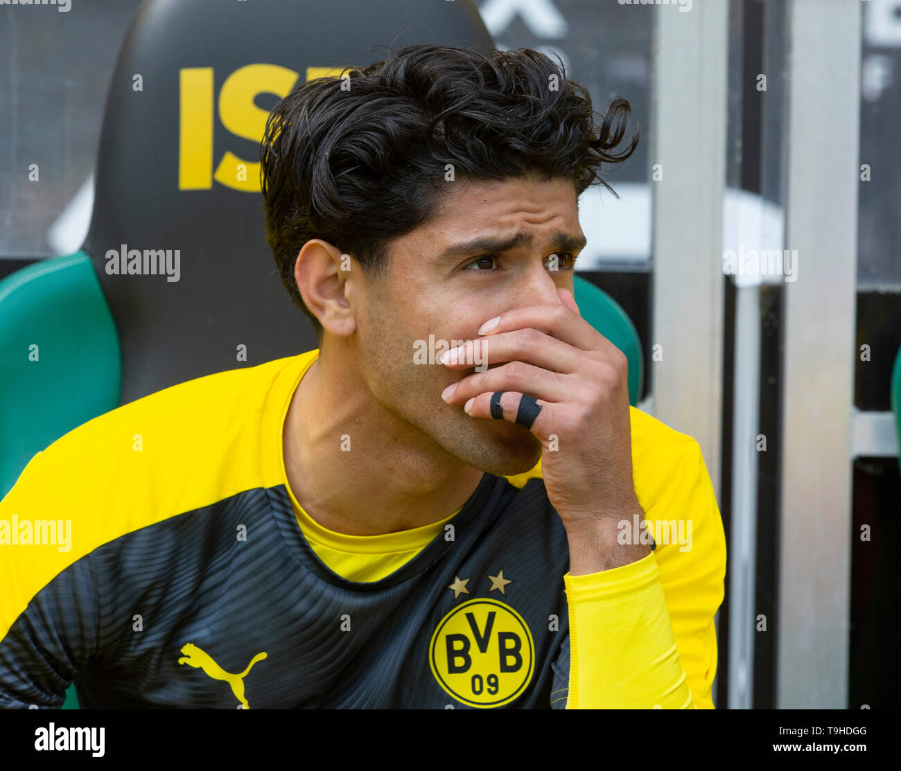 sports, football, Bundesliga, 2018/2019, Borussia Moenchengladbach vs. BVB Borussia Dortmund 0-2, Stadium Borussia Park, players bench, Mahmoud Dahoud (BVB), DFL REGULATIONS PROHIBIT ANY USE OF PHOTOGRAPHS AS IMAGE SEQUENCES AND/OR QUASI-VIDEO - Stock Image