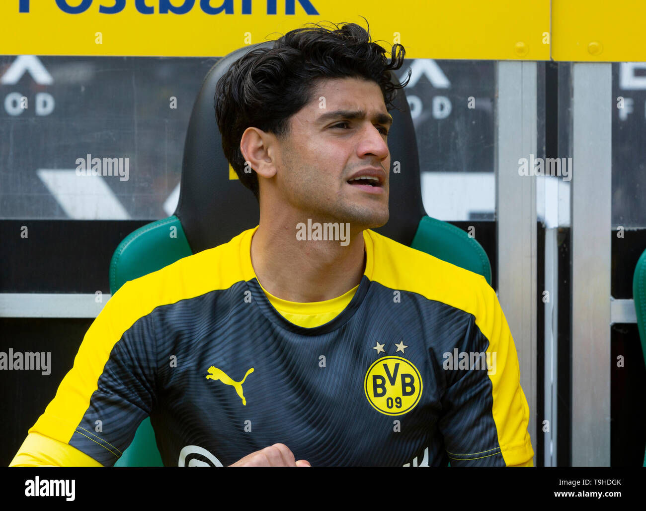 sports, football, Bundesliga, 2018/2019, Borussia Moenchengladbach vs. BVB Borussia Dortmund 0-2, Stadium Borussia Park, players bench, Mahmoud Dahoud (BVB), DFL REGULATIONS PROHIBIT ANY USE OF PHOTOGRAPHS AS IMAGE SEQUENCES AND/OR QUASI-VIDEO - Stock Image