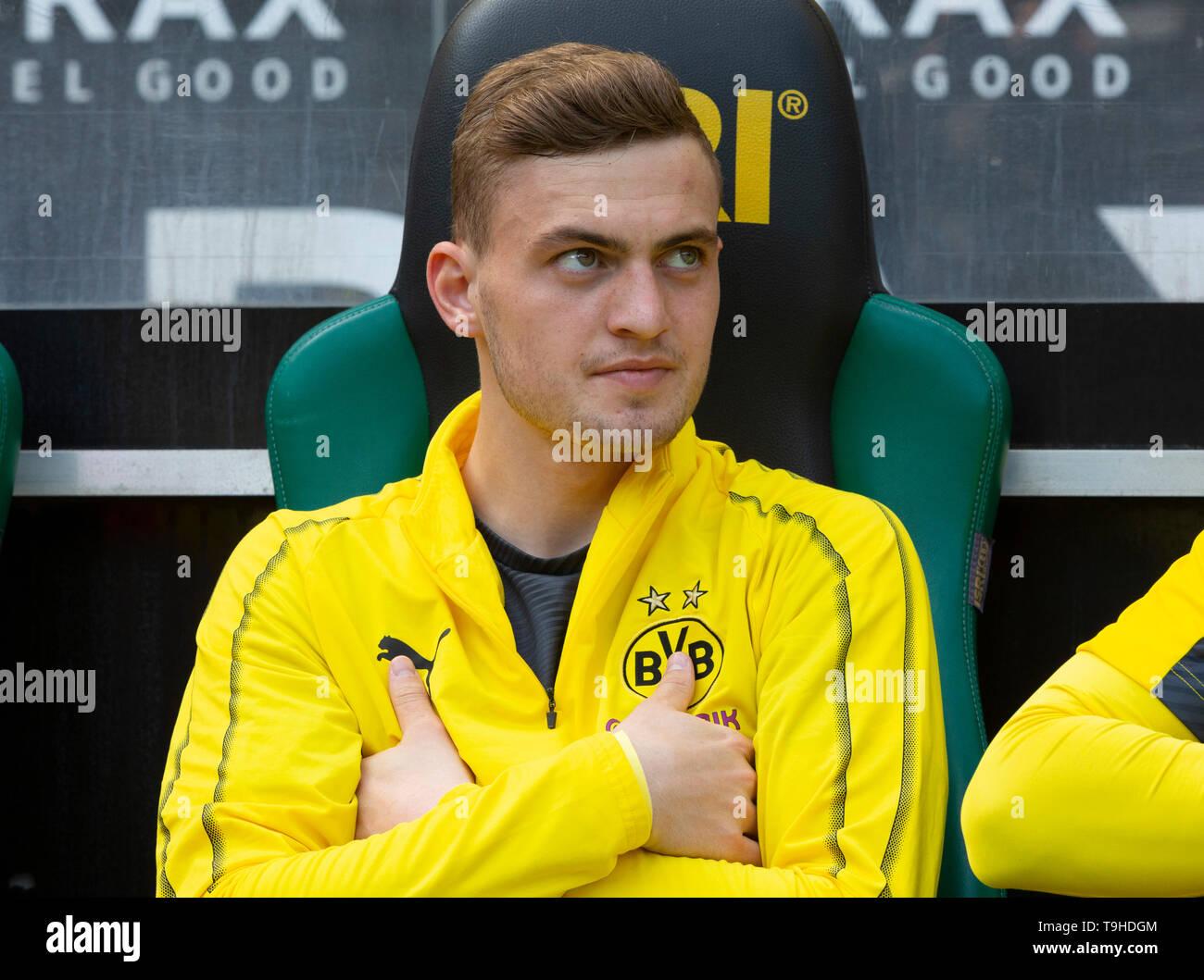 sports, football, Bundesliga, 2018/2019, Borussia Moenchengladbach vs. BVB Borussia Dortmund 0-2, Stadium Borussia Park, players bench, Jacob Bruun Larsen (BVB), DFL REGULATIONS PROHIBIT ANY USE OF PHOTOGRAPHS AS IMAGE SEQUENCES AND/OR QUASI-VIDEO - Stock Image