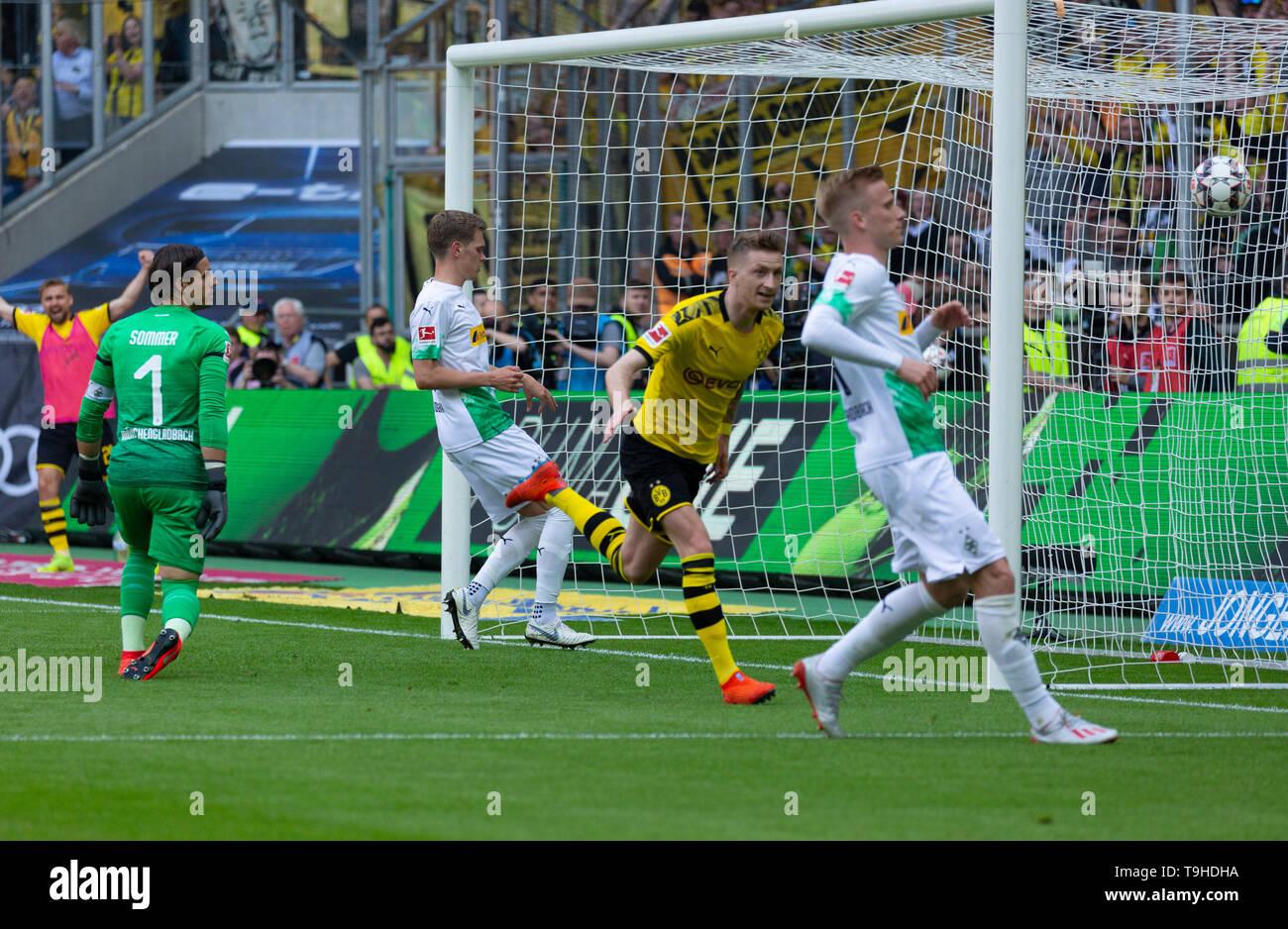 Sport, Fussball, Bundesliga, 2018/2019, Borussia Moenchengladbach vs. BVB Borussia Dortmund 0-2, Stadion Borussia-Park, Tor zum 0-2, v.l.n.r. Torwart Yann Sommer (MG), Matthias Ginter (MG), Torschuetze Marco Reus (BVB), Oscar Wendt (MG), DFL REGULATIONS PROHIBIT ANY USE OF PHOTOGRAPHS AS IMAGE SEQUENCES AND/OR QUASI-VIDEO, sports, football, Bundesliga, 2018/2019, Borussia Moenchengladbach vs. BVB Borussia Dortmund 0-2, Stadium Borussia Park, 0-2 goal, f.l.t.r. keeper Yann Sommer (MG), Matthias Ginter (MG), goal scorer Marco Reus (BVB), Oscar Wendt (MG), DFL REGULATIONS PROHIBIT ANY USE OF PHOT - Stock Image