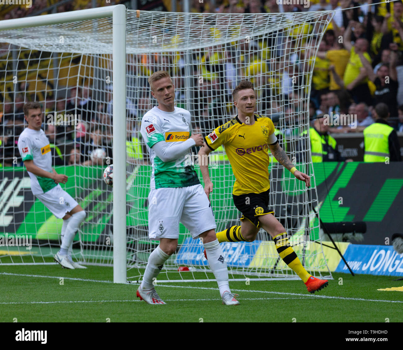 Sport, Fussball, Bundesliga, 2018/2019, Borussia Moenchengladbach vs. BVB Borussia Dortmund 0-2, Stadion Borussia-Park, Torjubel nach dem 0-2, v.l.n.r. Matthias Ginter (MG), Oscar Wendt (MG), Torschuetze Marco Reus (BVB), DFL REGULATIONS PROHIBIT ANY USE OF PHOTOGRAPHS AS IMAGE SEQUENCES AND/OR QUASI-VIDEO, sports, football, Bundesliga, 2018/2019, Borussia Moenchengladbach vs. BVB Borussia Dortmund 0-2, Stadium Borussia Park, rejoicing at the 0-2 goal, f.l.t.r. Matthias Ginter (MG), Oscar Wendt (MG), goal scorer Marco Reus (BVB), DFL REGULATIONS PROHIBIT ANY USE OF PHOTOGRAPHS AS IMAGE SEQUENC - Stock Image