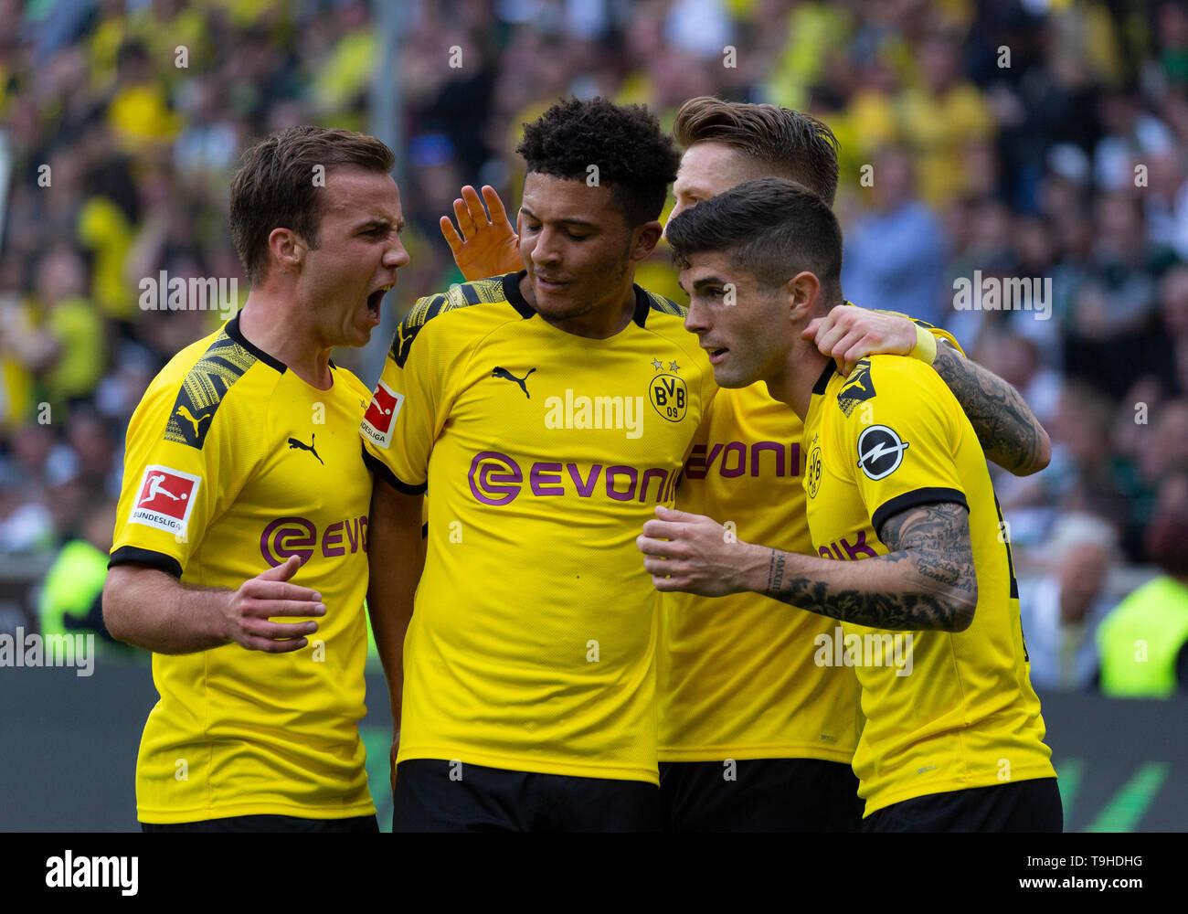 Sport, Fussball, Bundesliga, 2018/2019, Borussia Moenchengladbach vs. BVB Borussia Dortmund 0-2, Stadion Borussia-Park, Torjubel nach dem 0-2, v.l.n.r. Mario Goetze (BVB), Jadon Malik Sancho (BVB), Torschuetze Marco Reus (BVB) verdeckt, Christian Pulisic (BVB), DFL REGULATIONS PROHIBIT ANY USE OF PHOTOGRAPHS AS IMAGE SEQUENCES AND/OR QUASI-VIDEO, sports, football, Bundesliga, 2018/2019, Borussia Moenchengladbach vs. BVB Borussia Dortmund 0-2, Stadium Borussia Park, rejoicing at the 0-2 goal, f.l.t.r. Mario Goetze (BVB), Jadon Malik Sancho (BVB), goal scorer Marco Reus (BVB) covered, Christian  - Stock Image