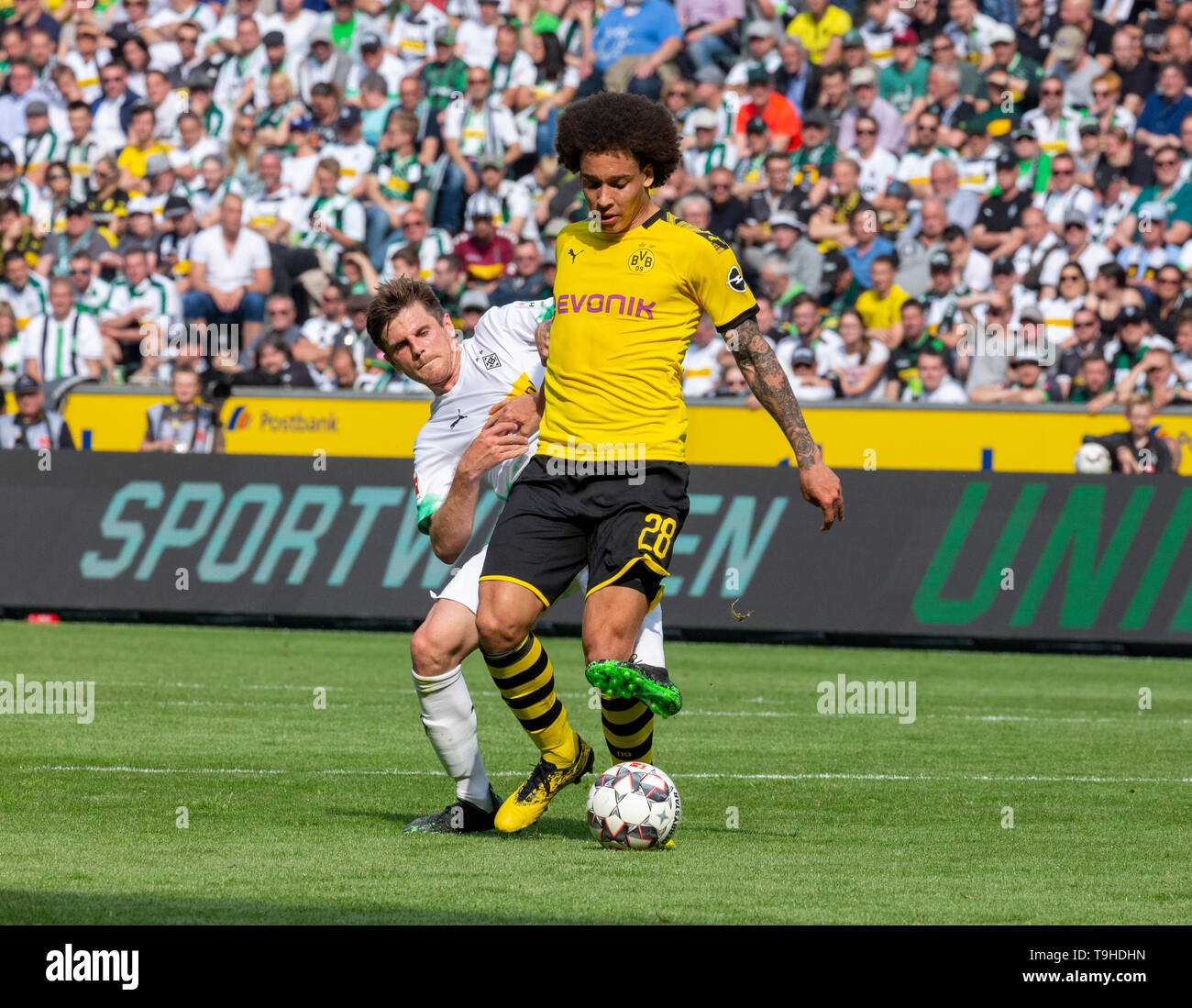 sports, football, Bundesliga, 2018/2019, Borussia Moenchengladbach vs. BVB Borussia Dortmund 0-2, Stadium Borussia Park, scene of the match, Axel Witsel (BVB) ahead, behind Jonas Hofmann (MG), DFL REGULATIONS PROHIBIT ANY USE OF PHOTOGRAPHS AS IMAGE SEQUENCES AND/OR QUASI-VIDEO - Stock Image
