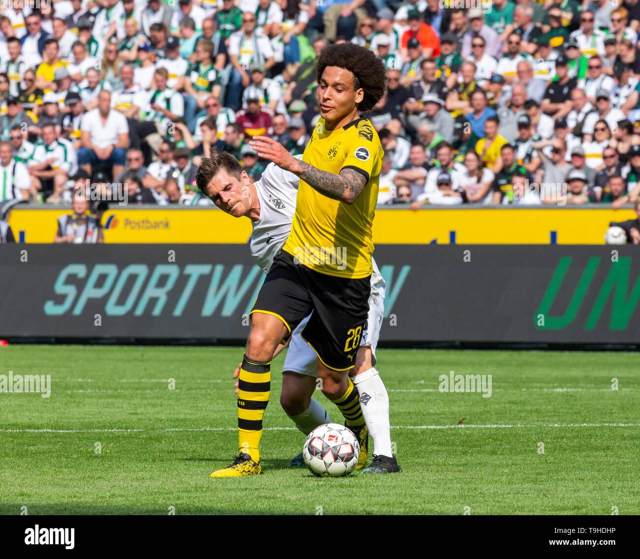 Sport, Fussball, Bundesliga, 2018/2019, Borussia Moenchengladbach vs. BVB Borussia Dortmund 0-2, Stadion Borussia-Park, Spielszene, Axel Witsel (BVB) vorn, dahinter Jonas Hofmann (MG), DFL REGULATIONS PROHIBIT ANY USE OF PHOTOGRAPHS AS IMAGE SEQUENCES AND/OR QUASI-VIDEO, sports, football, Bundesliga, 2018/2019, Borussia Moenchengladbach vs. BVB Borussia Dortmund 0-2, Stadium Borussia Park, scene of the match, Axel Witsel (BVB) ahead, behind Jonas Hofmann (MG), DFL REGULATIONS PROHIBIT ANY USE OF PHOTOGRAPHS AS IMAGE SEQUENCES AND/OR QUASI-VIDEO *** Local Caption *** sports, football, Bundeslig - Stock Image