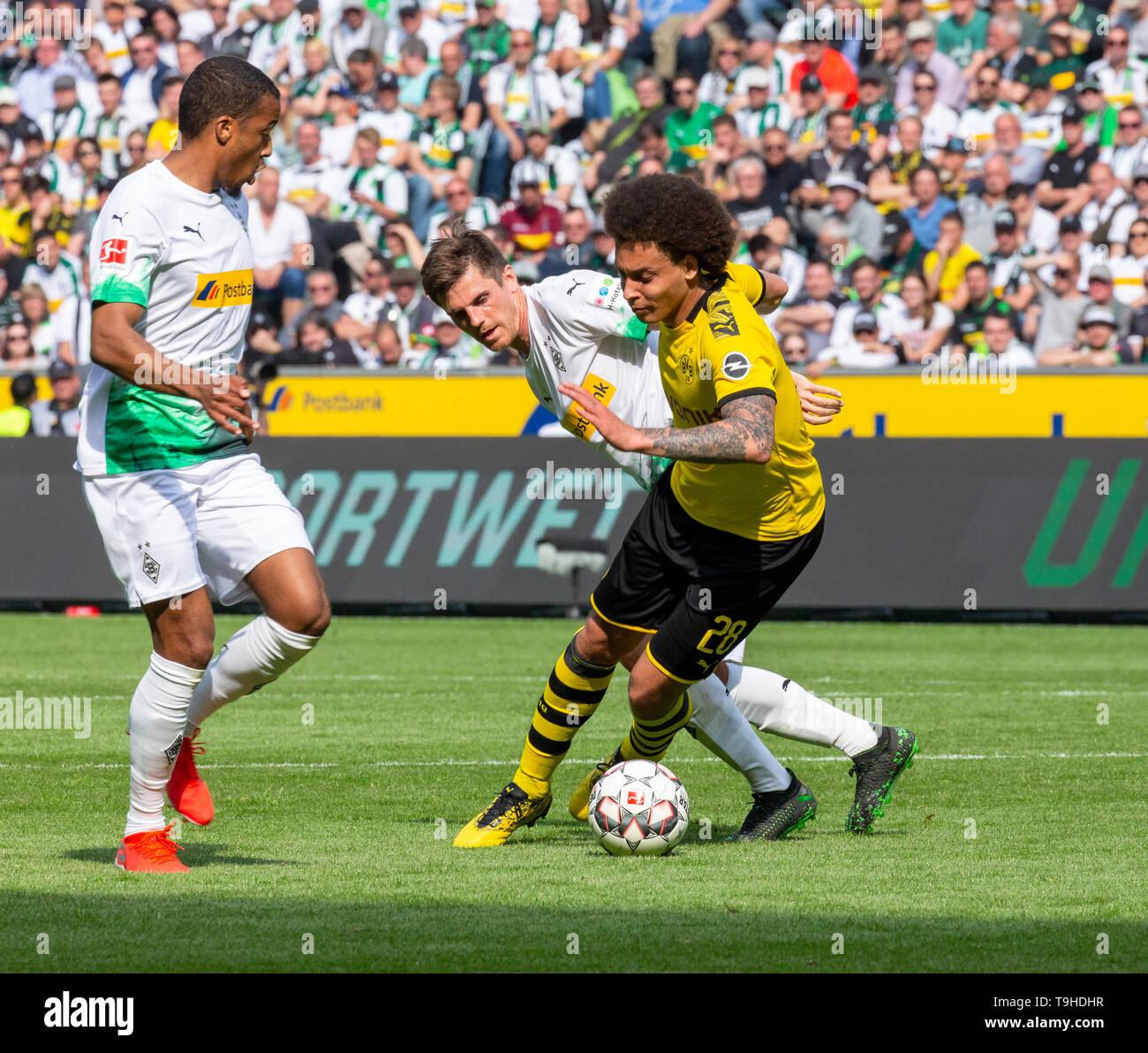sports, football, Bundesliga, 2018/2019, Borussia Moenchengladbach vs. BVB Borussia Dortmund 0-2, Stadium Borussia Park, scene of the match, f.l.t.r. Alassane Plea (MG), Jonas Hofmann (MG), Axel Witsel (BVB), DFL REGULATIONS PROHIBIT ANY USE OF PHOTOGRAPHS AS IMAGE SEQUENCES AND/OR QUASI-VIDEO - Stock Image