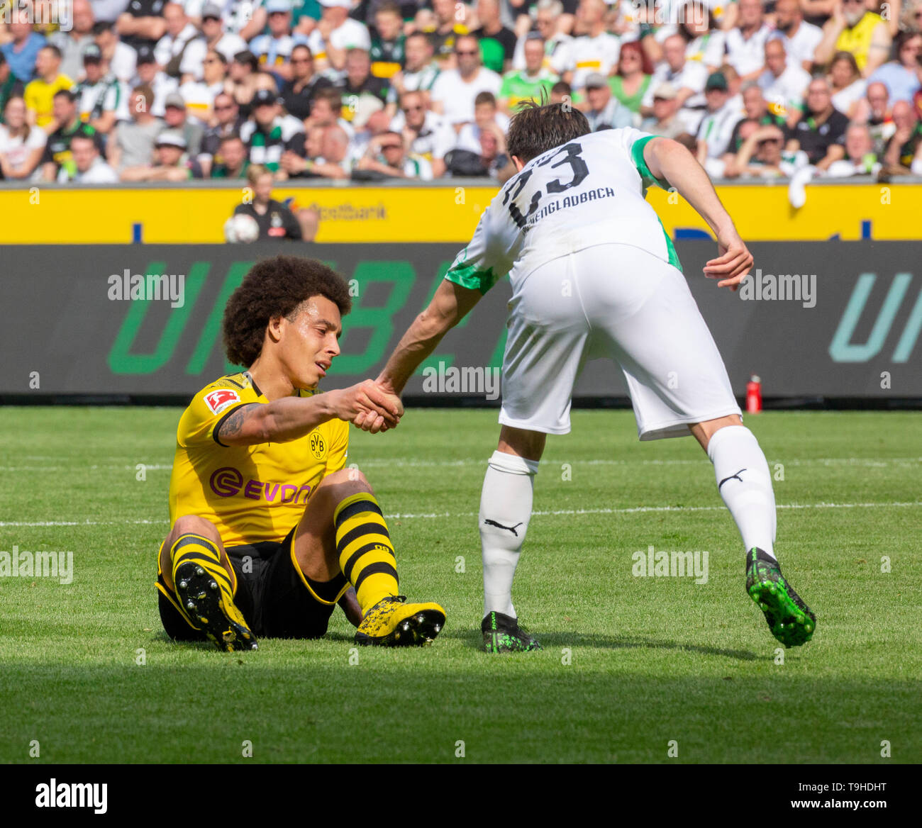 Sport, Fussball, Bundesliga, 2018/2019, Borussia Moenchengladbach vs. BVB Borussia Dortmund 0-2, Stadion Borussia-Park, Spielszene, Jonas Hofmann (MG) rechts hilft Axel Witsel (BVB) beim Aufstehen, DFL REGULATIONS PROHIBIT ANY USE OF PHOTOGRAPHS AS IMAGE SEQUENCES AND/OR QUASI-VIDEO, sports, football, Bundesliga, 2018/2019, Borussia Moenchengladbach vs. BVB Borussia Dortmund 0-2, Stadium Borussia Park, scene of the match, Jonas Hofmann (MG) right supports Axel Witsel (BVB) to get up, DFL REGULATIONS PROHIBIT ANY USE OF PHOTOGRAPHS AS IMAGE SEQUENCES AND/OR QUASI-VIDEO *** Local Caption *** spo - Stock Image