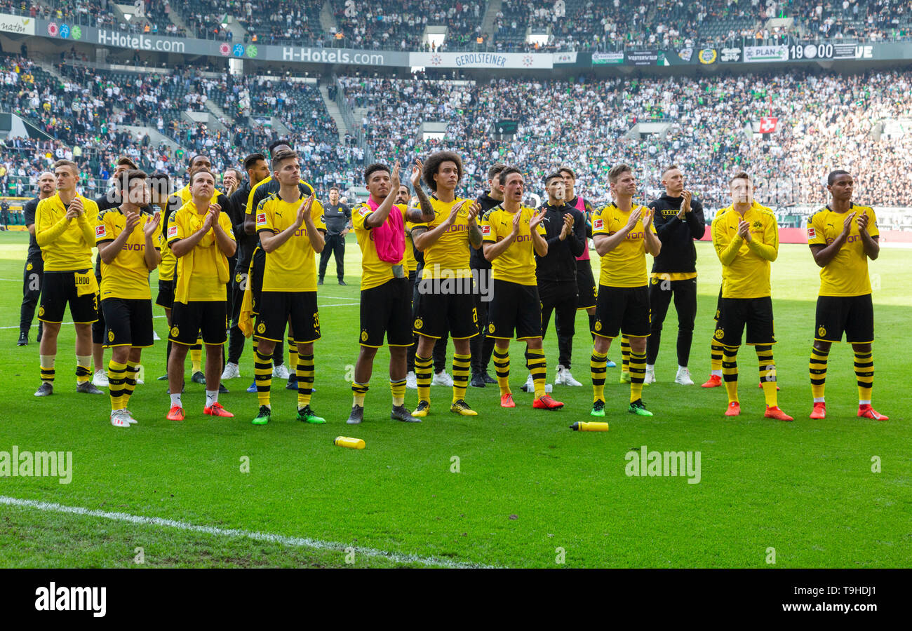 sports, football, Bundesliga, 2018/2019, Borussia Moenchengladbach vs. BVB Borussia Dortmund 0-2, Stadium Borussia Park, end of the match, ending of the season, Dortmund is German runner-up, Dortmund players give thanks to the fans, DFL REGULATIONS PROHIBIT ANY USE OF PHOTOGRAPHS AS IMAGE SEQUENCES AND/OR QUASI-VIDEO - Stock Image