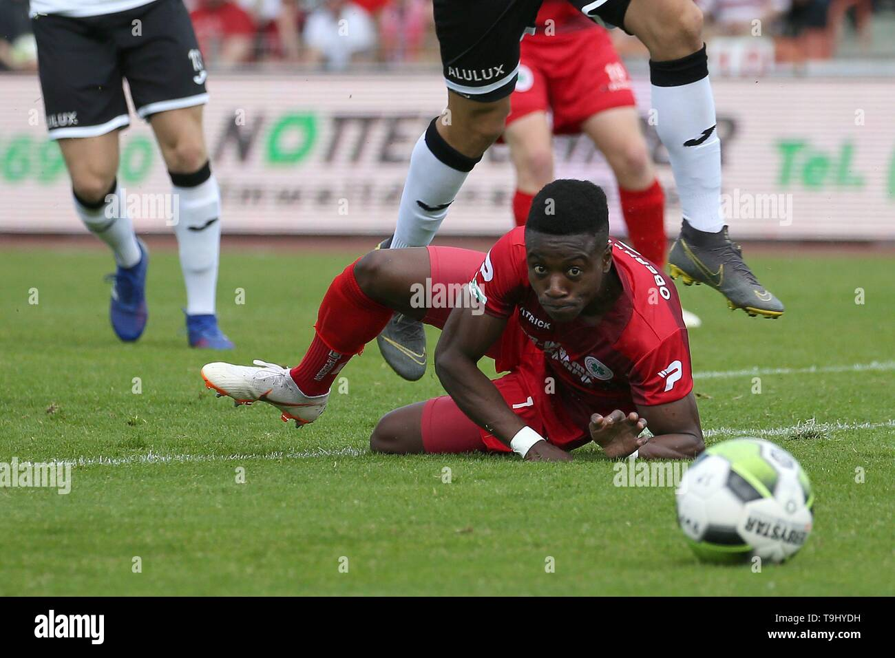 Oberhausen, Germany. 18th May, 2019. firo: 18.05.2019 Soccer, Regionalliga West, season 2018/2019 Rot-Weiss Oberhausen - SC Verl Shaibou Oubeyapwa (# 7, Rot-Weiss Oberhausen) can only look after the ball | usage worldwide Credit: dpa/Alamy Live News - Stock Image